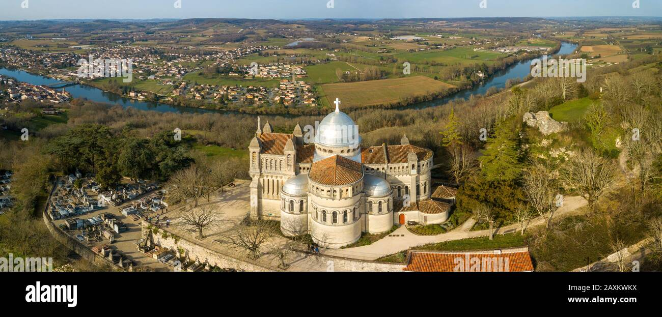 LOT-ET-GARONNE PENNE D'AGENNAIS, AERIAL VIEW OF OUR LADY OF PEYRAGUDE, ROMANO BYZANTIN STYLE BUILDING Stock Photo