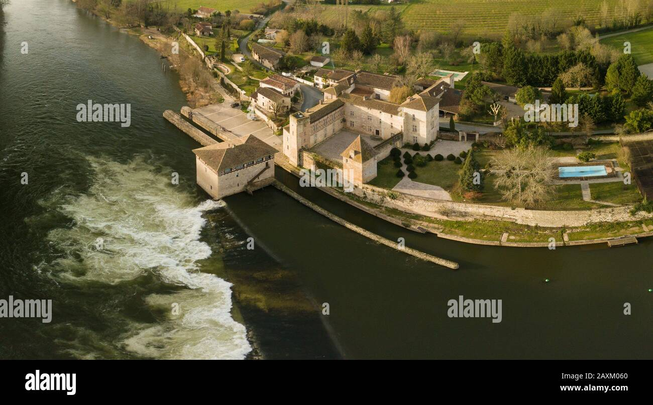 LOT-ET-GARONNE QUERCY, LUSTRAC, AERIAL VIEW OF THE MOULIN FORTRESS OF LUSTRAC AT THE EDGE OF THE LOT Stock Photo