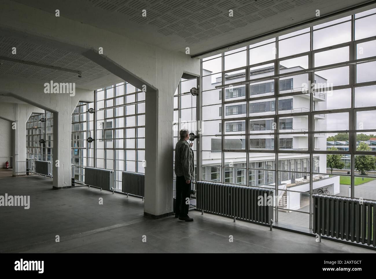 Dessau, Bauhaus, Walter Gropius  1925-26, Blick aus dem Werkstattflügel zum Prellerhaus mit Person Stock Photo