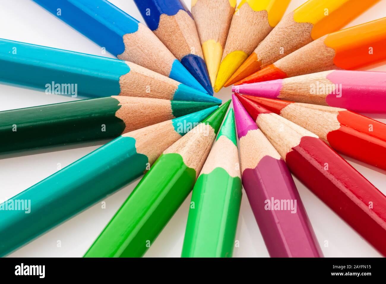 Viele verschiedene bunte Farbstifte auf einem weissem Hintergrund. Stock Photo