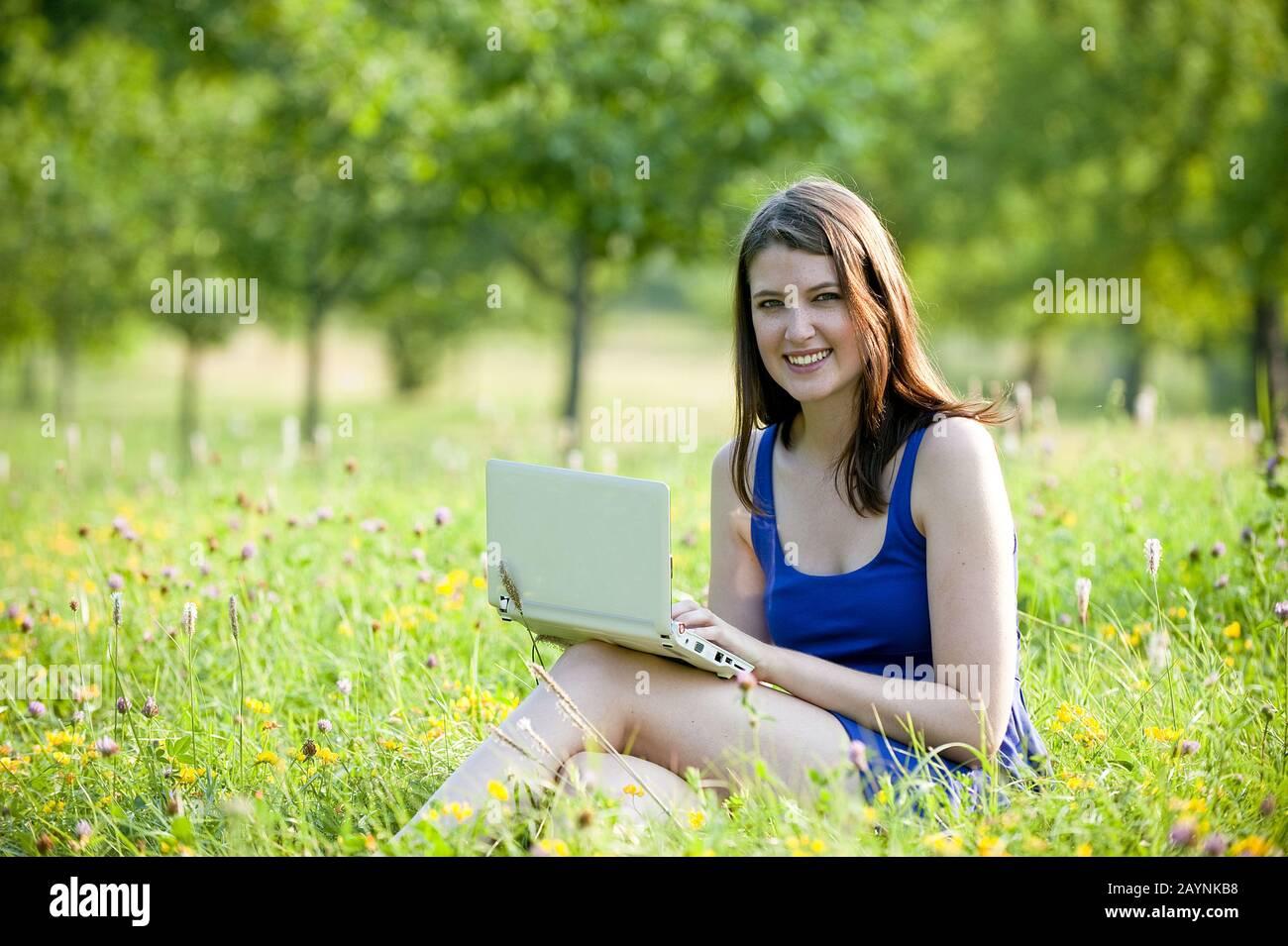 Junge Frau arbeitet mit Laptop Stock Photo