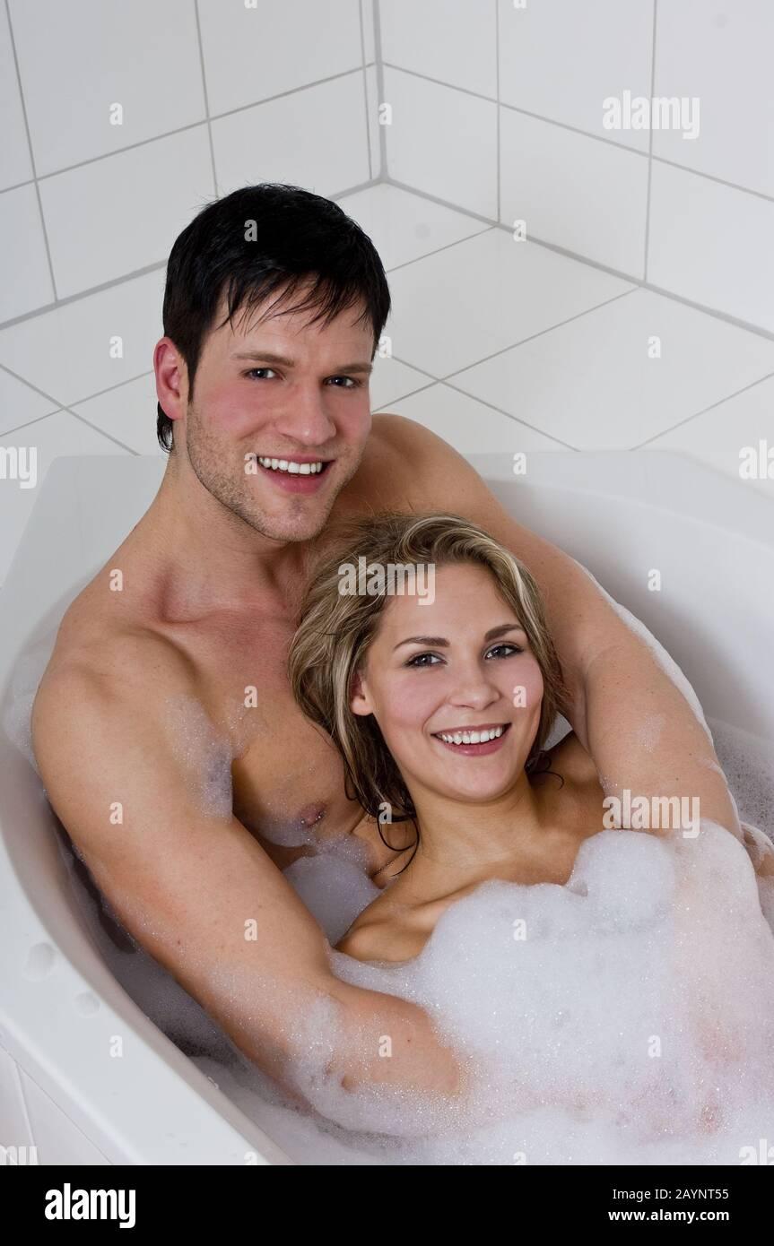 Intime Momente im Badezimmer mit einem schönen Paar