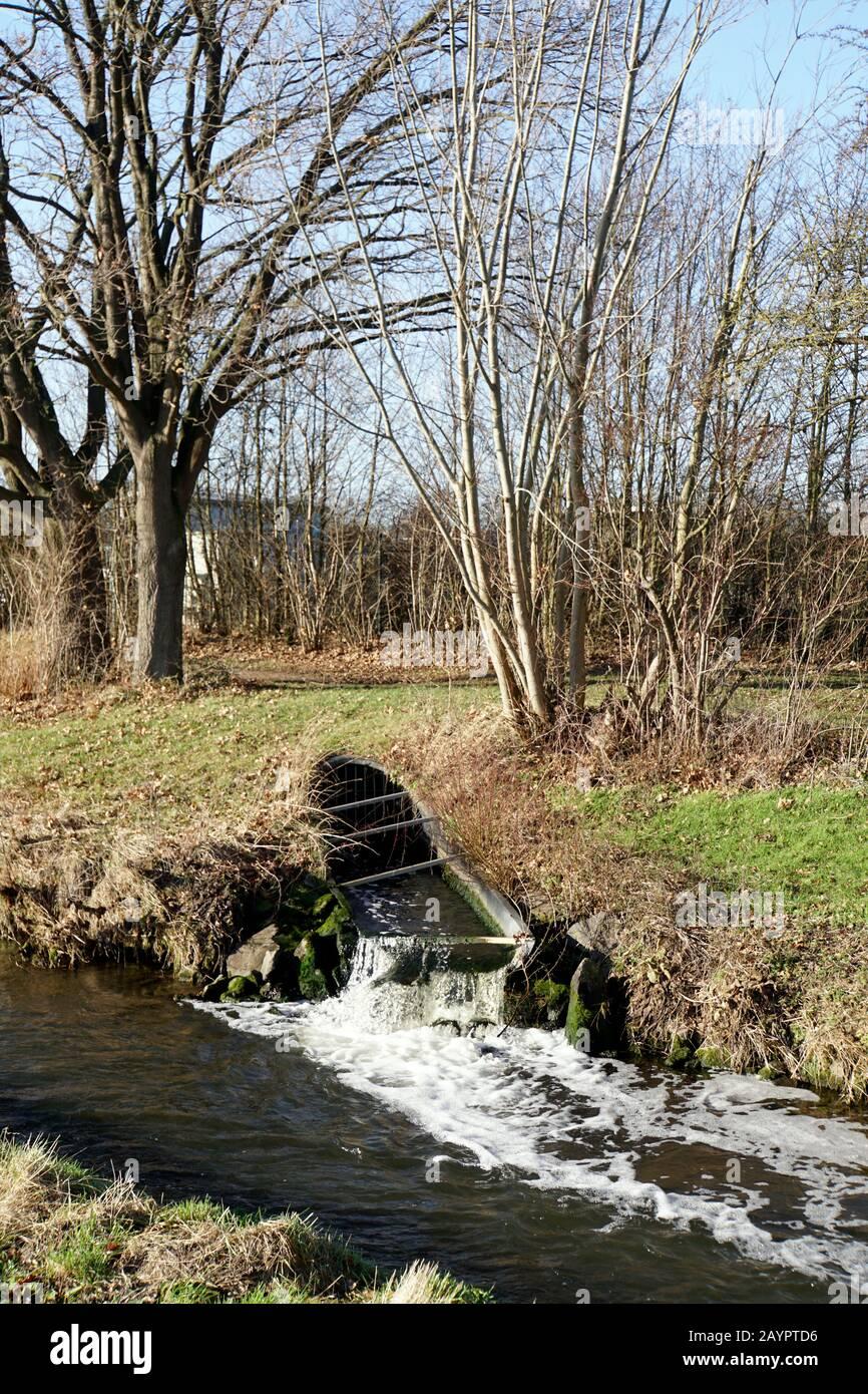 sauberes Wasser fliesst von der Kläranlage in die Erft, Euskirchen, Nordrhein-Westfalen, Deutschland Stock Photo