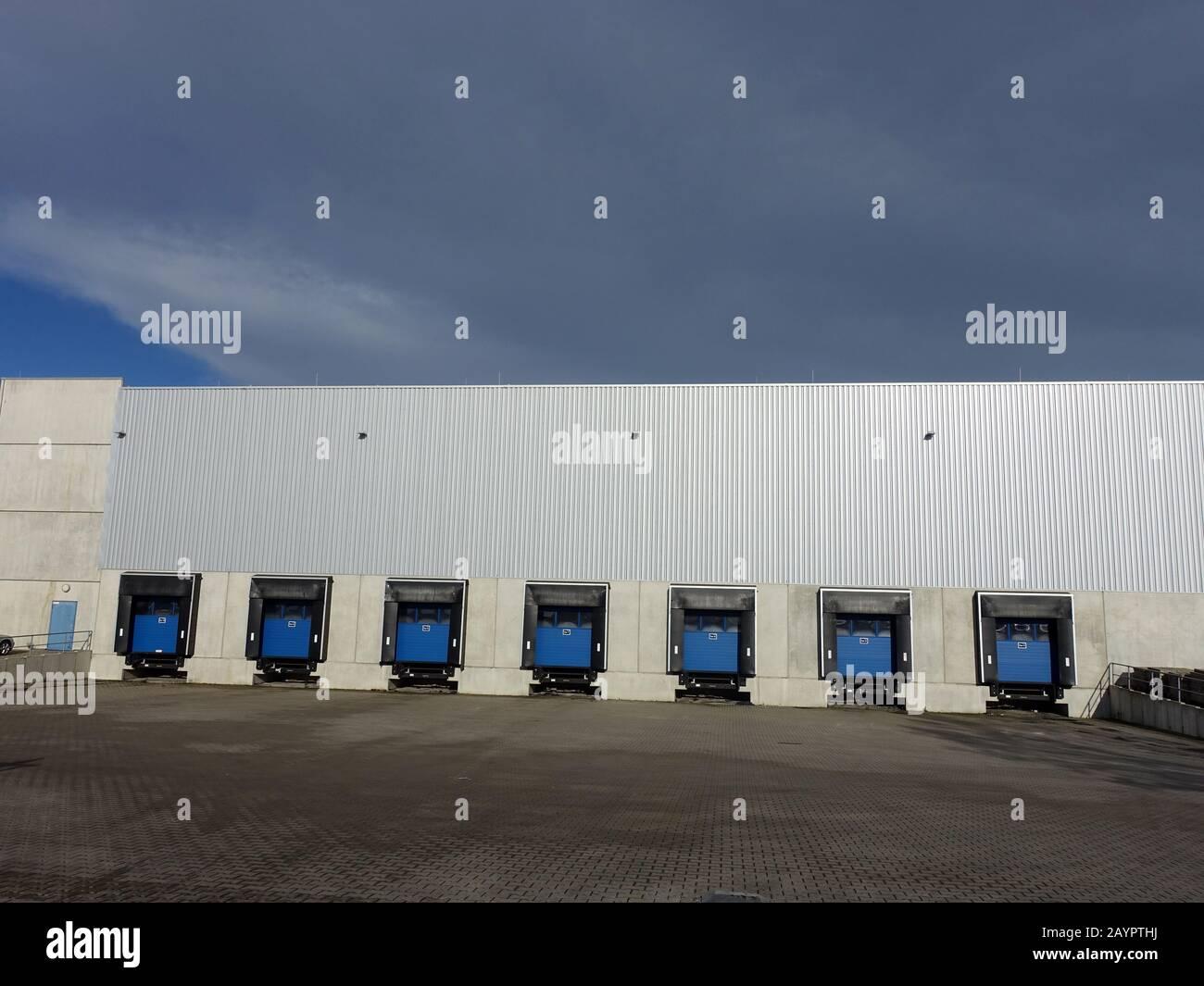 modernes Lagerhaus mit mehreren Rampen für Lastwagen, Weilerswist, Nordrhein-Westfalen, Deutschland Stock Photo