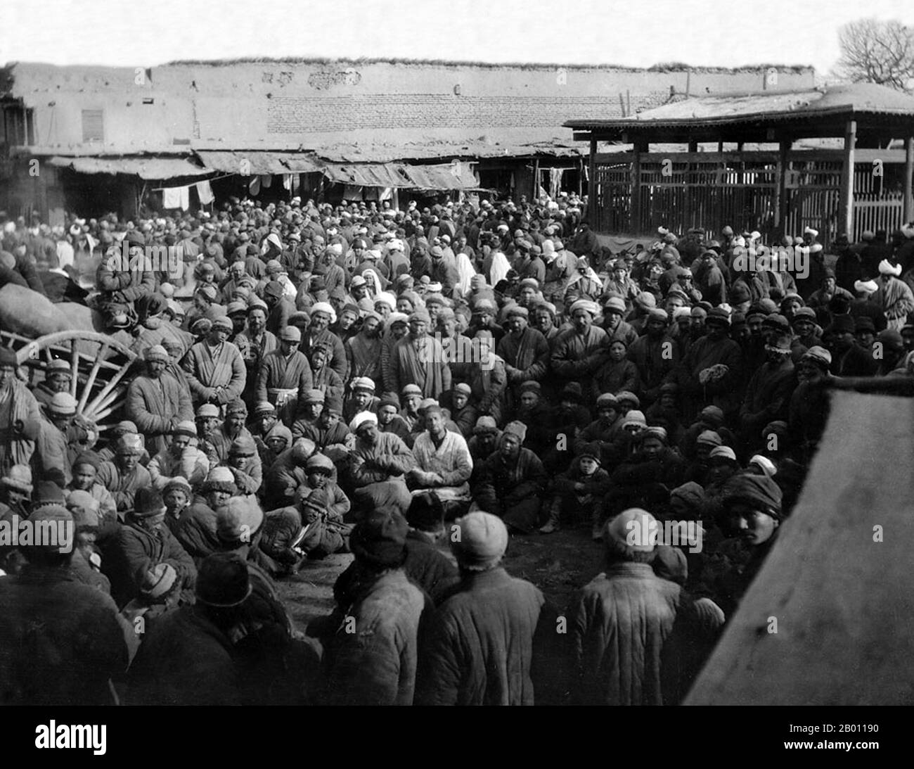 China: A crowd listening to a storyteller, Kashgar bazaar, Xinjiang. Photograph by Dutch botanist Frank Nicholas Meyer (1875-1918), 1911.  The earliest mention of Kashgar occurs when a Chinese Han Dynasty (206 BCE – 220 CE) envoy traveled the Northern Silk Road to explore lands to the west. Another early mention of Kashgar is during the Former Han (also known as the Western Han Dynasty), when in 76 BCE the Chinese conquered the Xiongnu, Yutian (Khotan), Sulei (Kashgar), and a group of states in the Tarim basin almost up to the foot of the Tian Shan mountains. Stock Photo