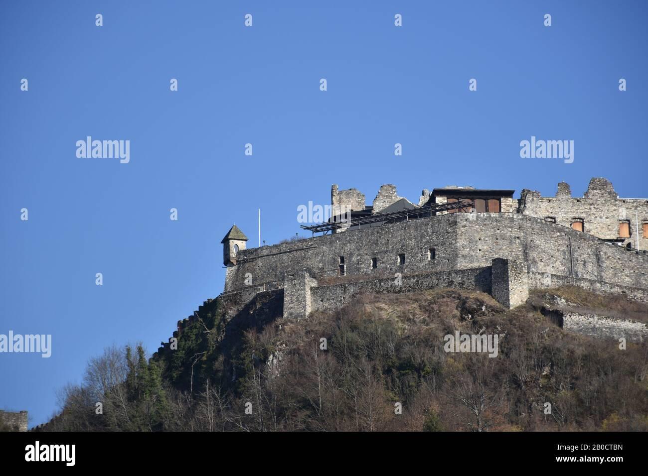 Burg Landskron, Landskron, Kärnten, Villach, Burg, Burgruine, Turm, Festung, Felsenburg, Ossiacher Tauern, Grad Vajškra, Mittelalter, Arena, Höhenburg Stock Photo