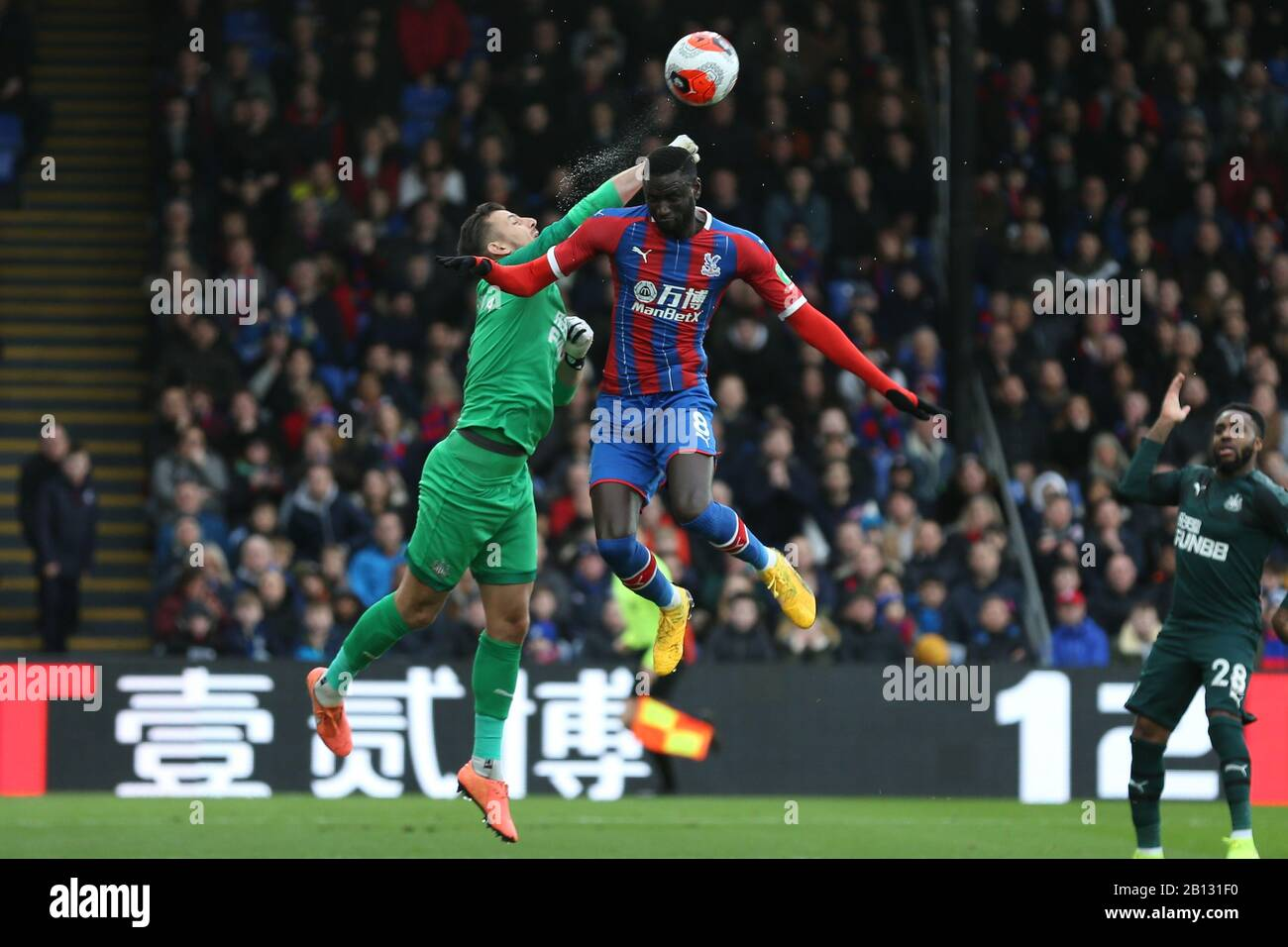 London, UK. 22nd Feb, 2020.  Martin Dubravka of Newcastle United and Cheikhou Kouyate of Crystal Palace jumping for the ball during the Premier League match between Crystal Palace and Newcastle United at Selhurst Park, London on Saturday 22nd February 2020. (Credit: Jacques Feeney | MI News) Photograph may only be used for newspaper and/or magazine editorial purposes, license required for commercial use Credit: MI News & Sport /Alamy Live News Stock Photo
