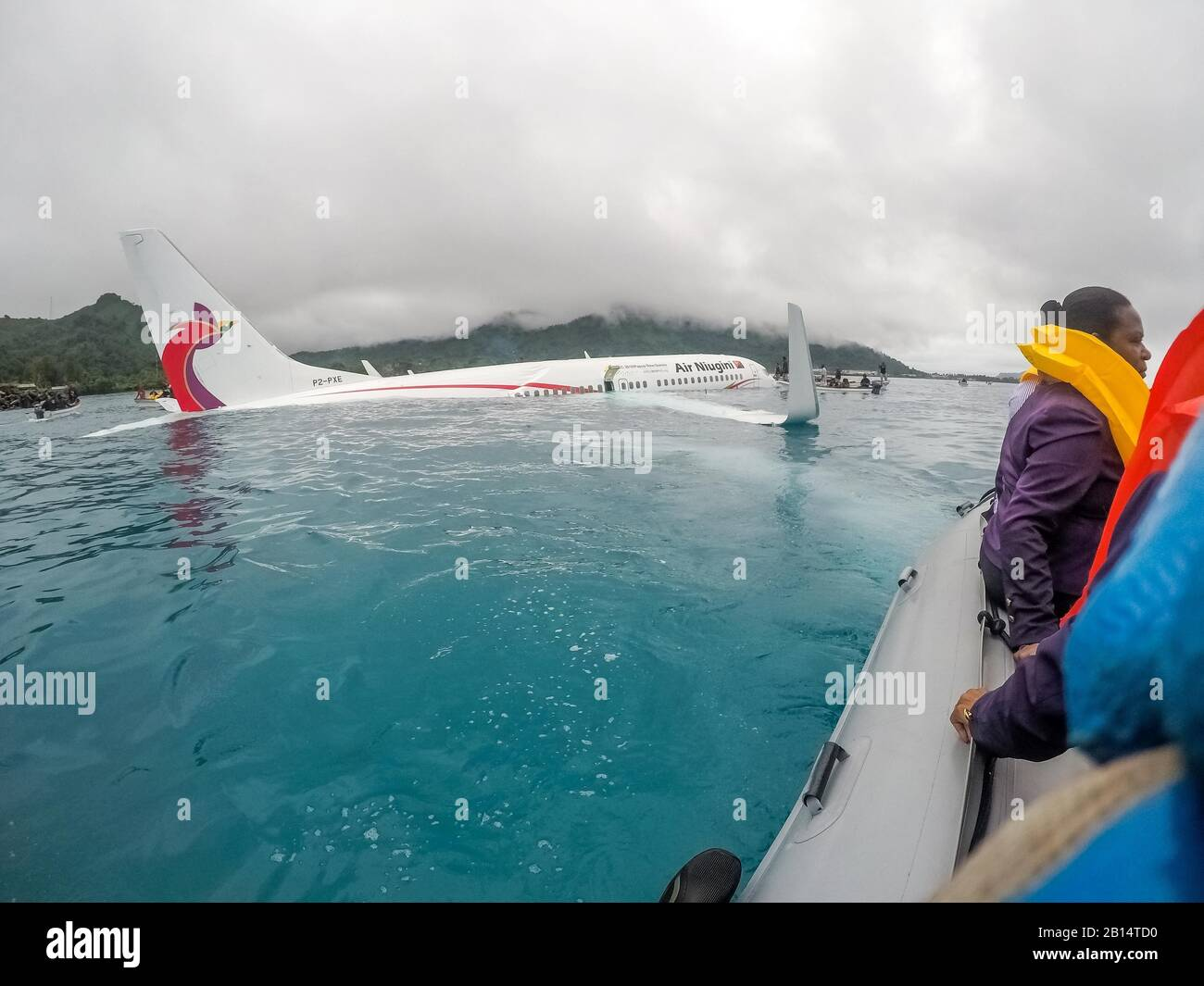 U.S. Sailors assigned to Underwater Construction Team (UCT) 2 assist local authorities in rescuing the passengers and crew of Air Niugini flight PX56 to shore following the plane ditching into the sea on its approach to Chuuk International Airport in the Federated States of Micronesia, Sept. 28, 2018.  (U.S. Navy photo by Lt. Zach Niezgodski) Stock Photo