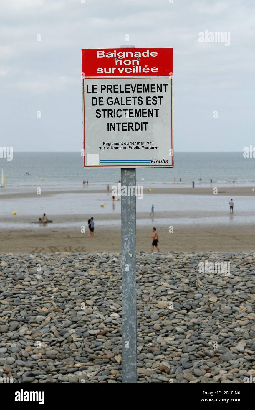 Information Panel prohibiting the removal of pebbles on the beach of Palus Plouha, Brittany, France Stock Photo
