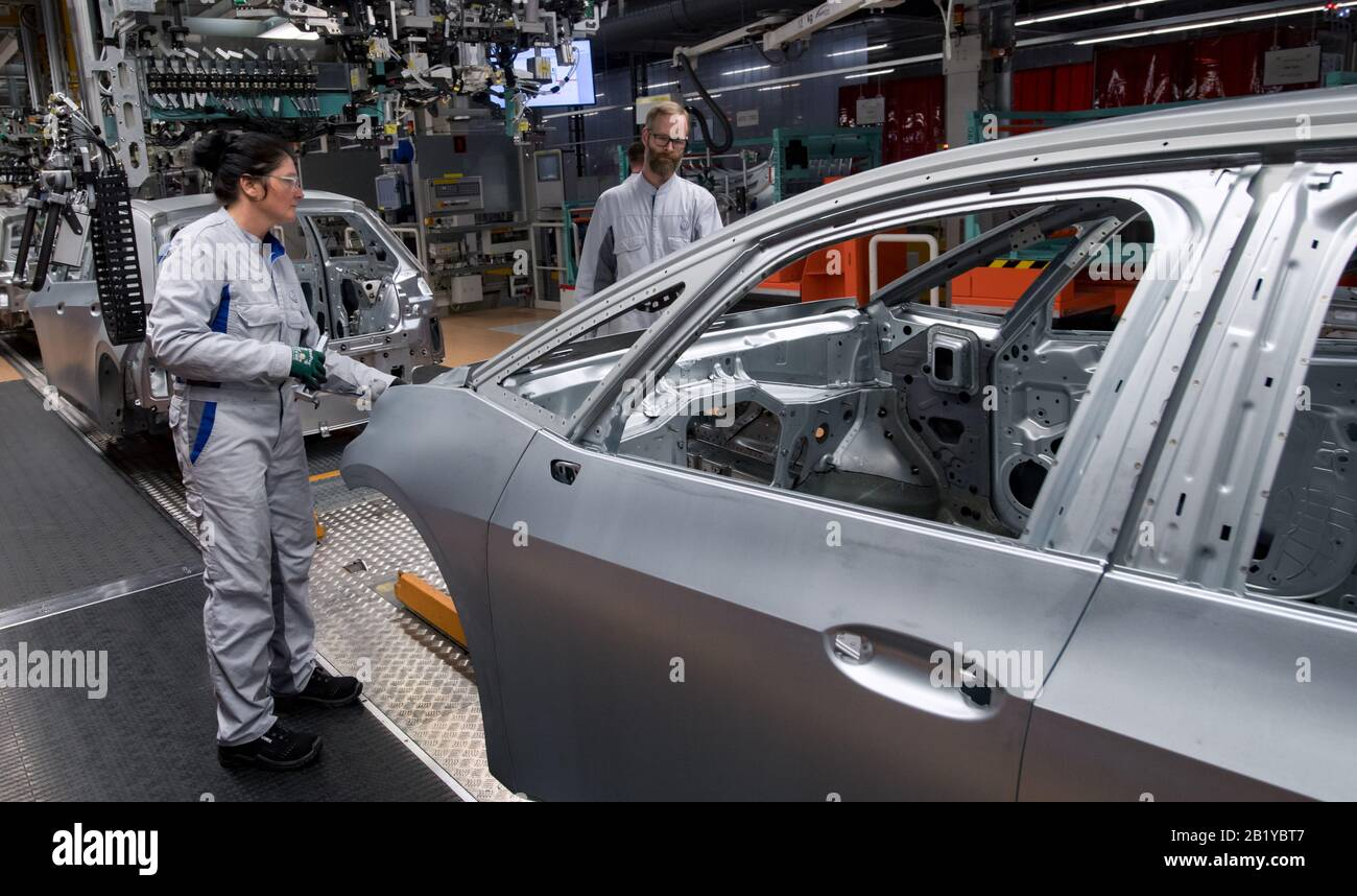 25 February 2020 Saxony Zwickau Employees Of Volkswagen Sachsen In Zwickau Assemble The Bonnet Of The