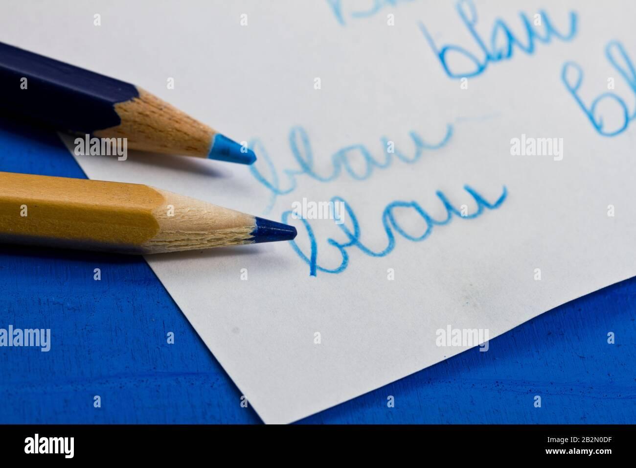 """blaue Farbstifte mit Schriftzug """"blau"""" Stock Photo"""