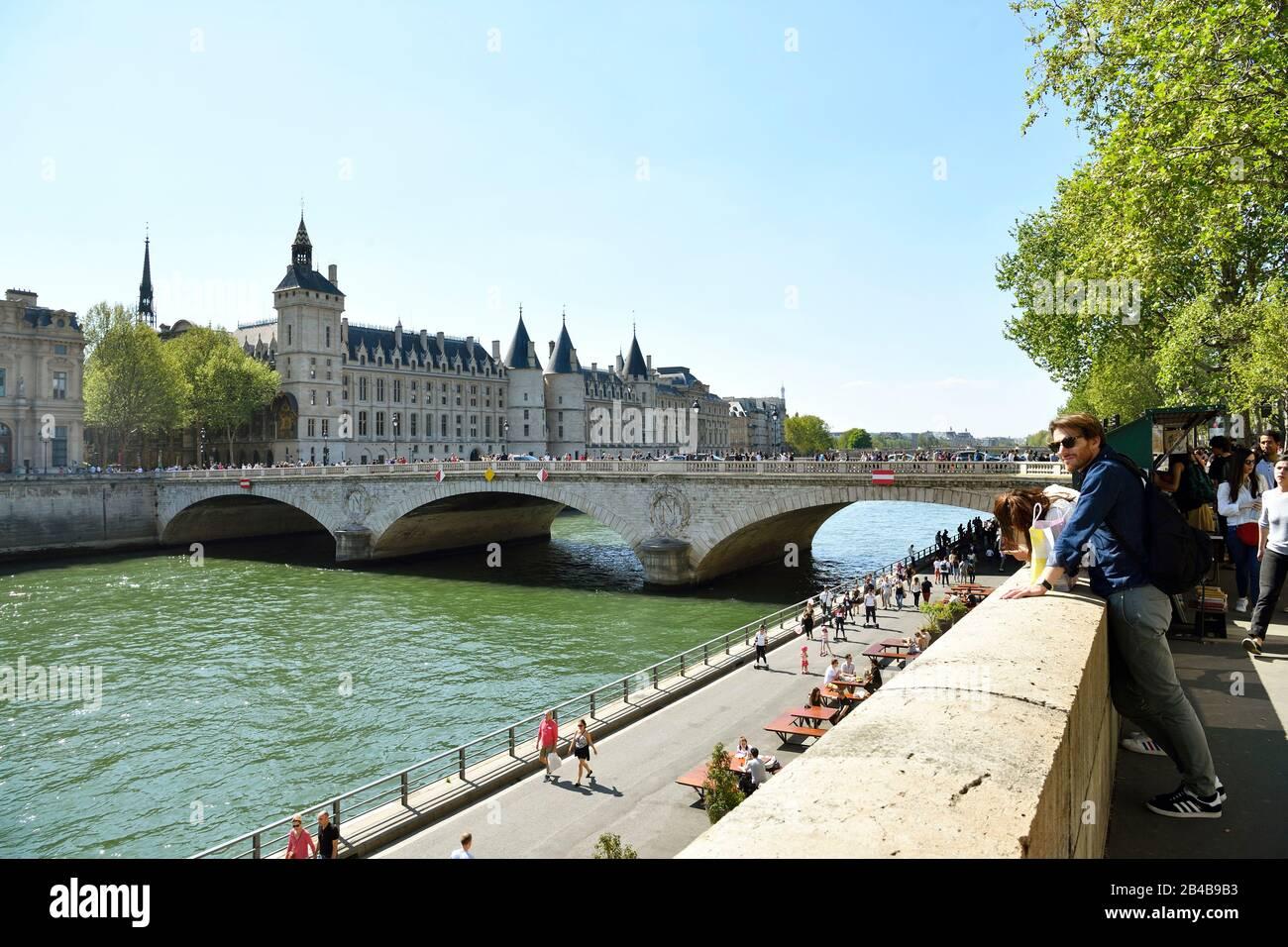 France, Paris, area listed as World Heritage by UNESCO, banks of the Seine river, the Conciergerie on the Ile de la Cite (City island) and the pont au Change (Change bridge) Stock Photo