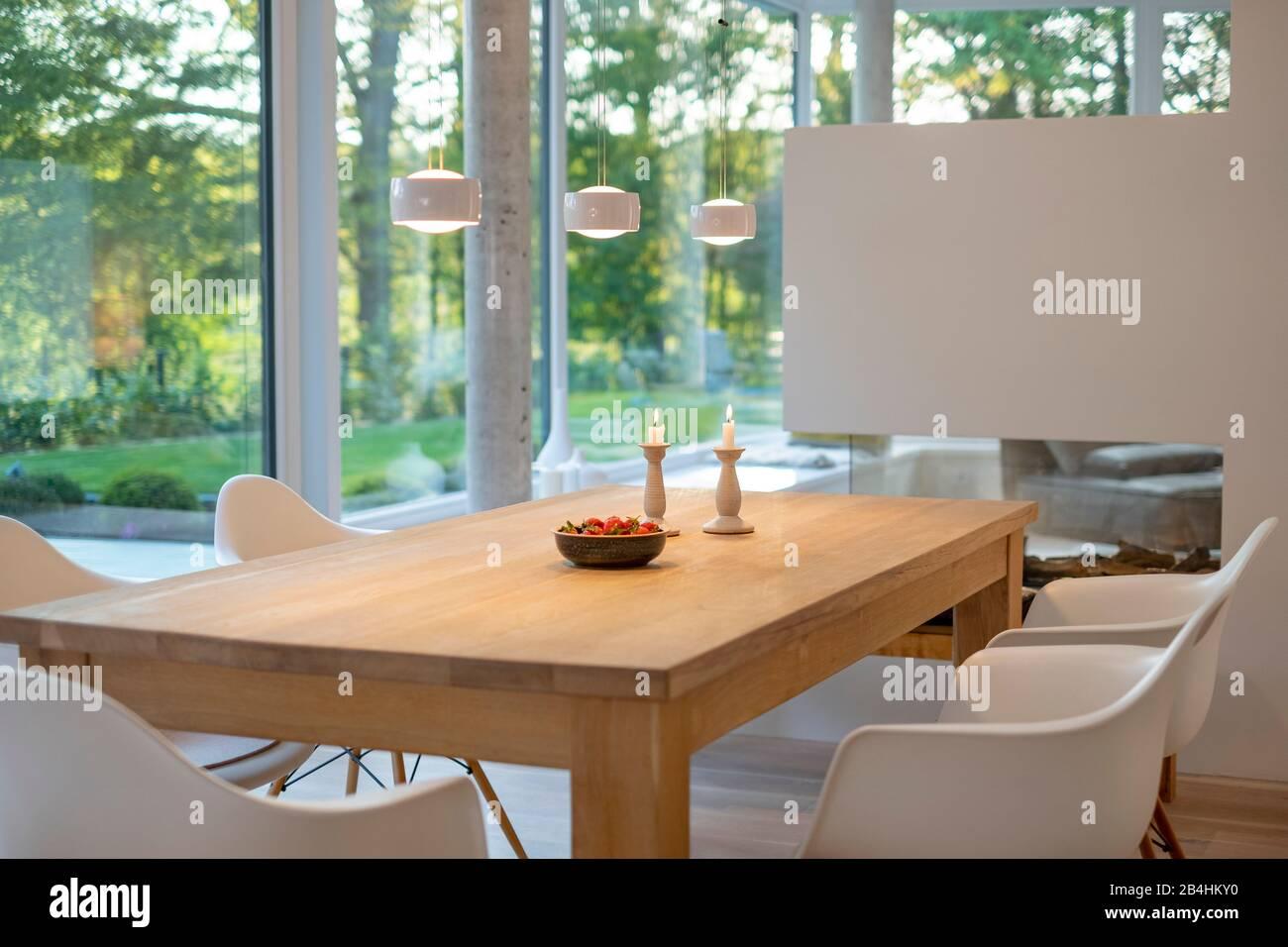Esstisch im Wohnbereich eines modernen Einfamilienhauses Stock Photo