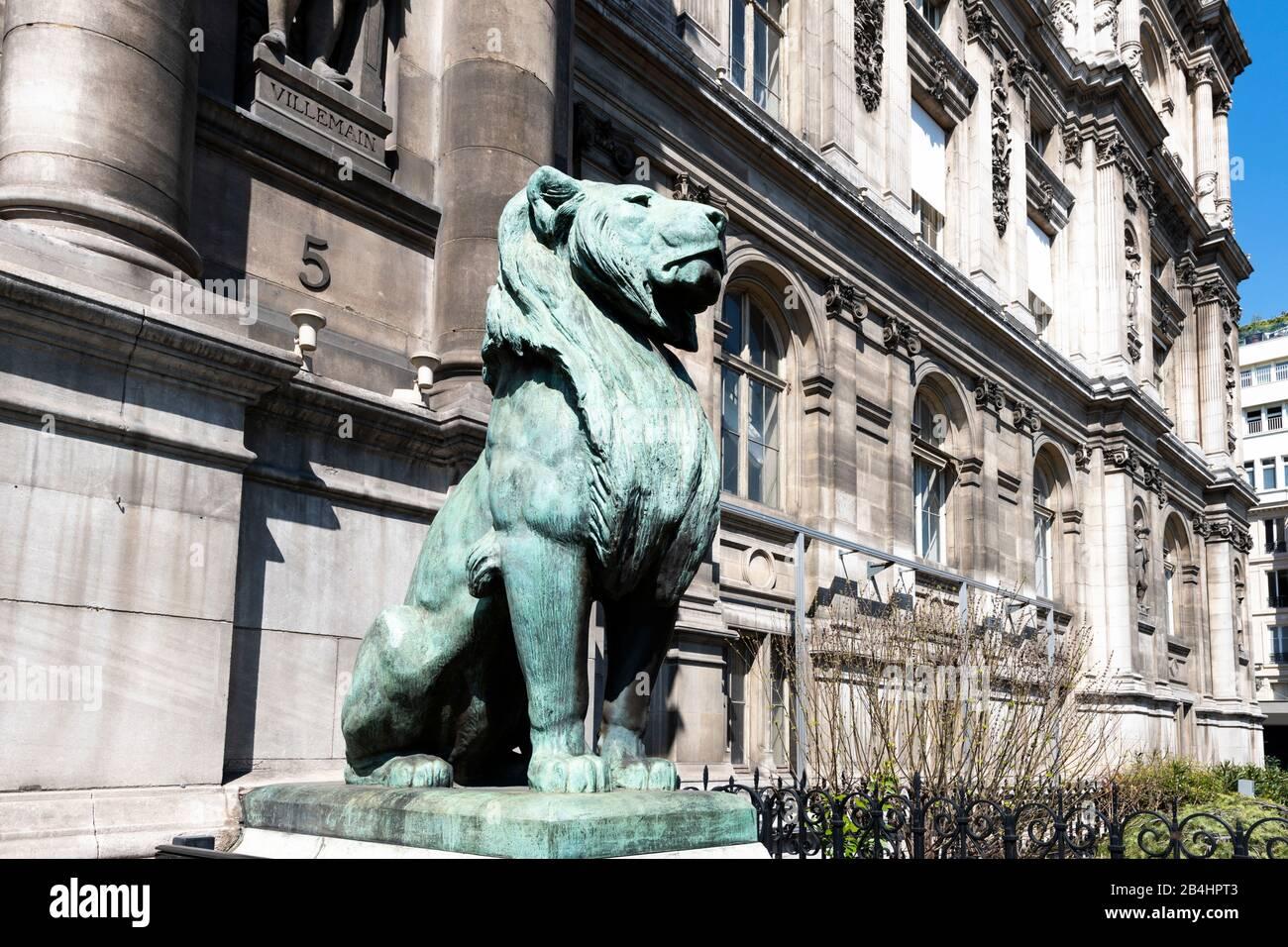 ein sitzender Löwe vor dem berühmten Hotel de Ville, Paris, Frankreich, Europa Stock Photo