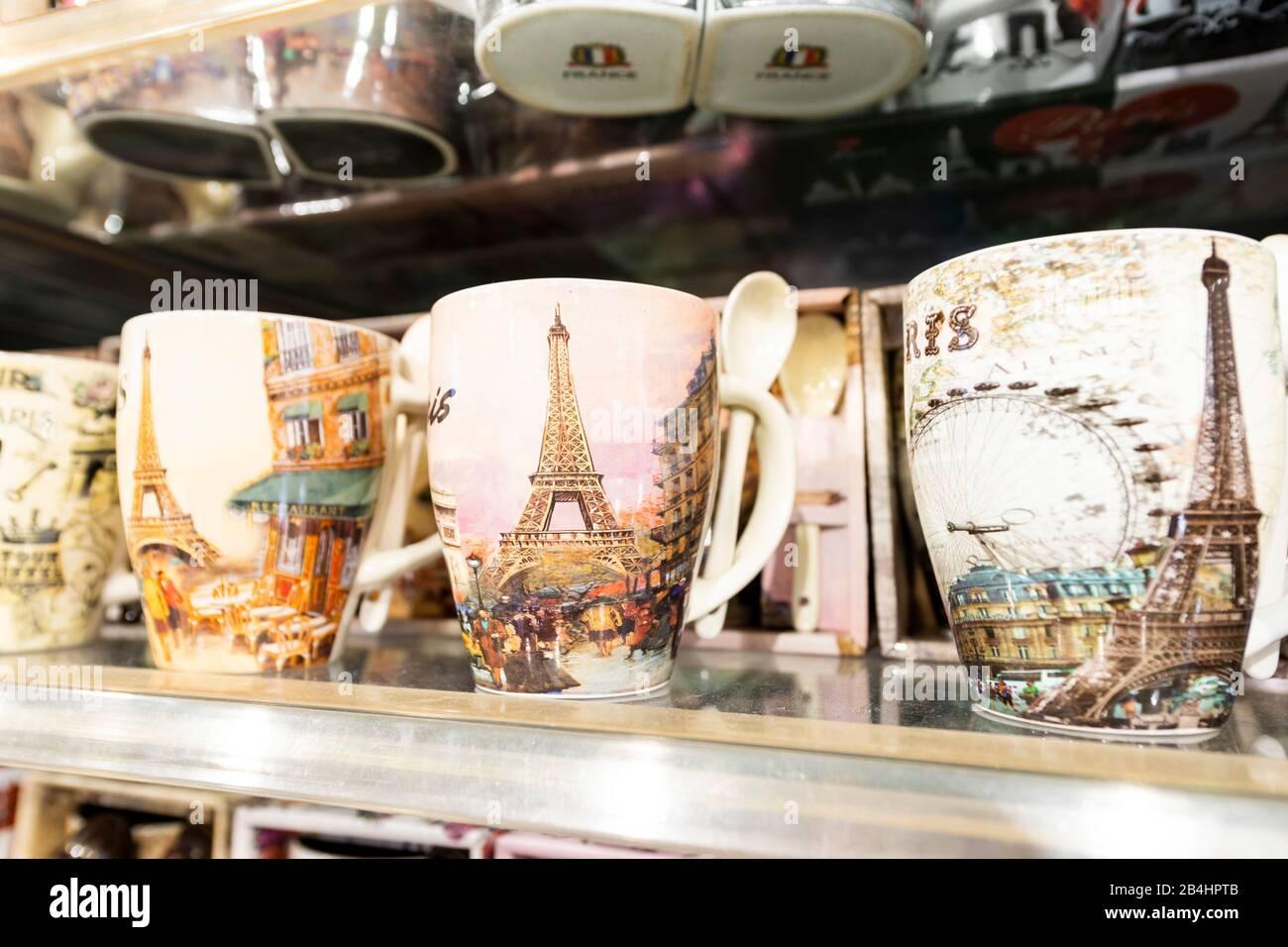 Kaffeetassen mit Eiffelturmaufdruck, französische Souveniers, Paris, Frankreich, Europa Stock Photo