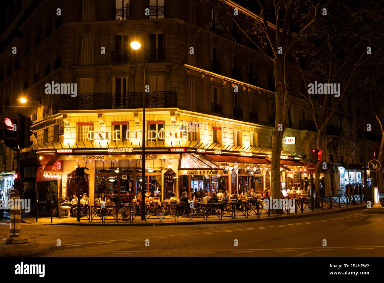 das Café Le Dôme in der Rue Saint-Dominique im 7. Arrondissement bei Nacht, Paris, Frankreich, Europa Stock Photo