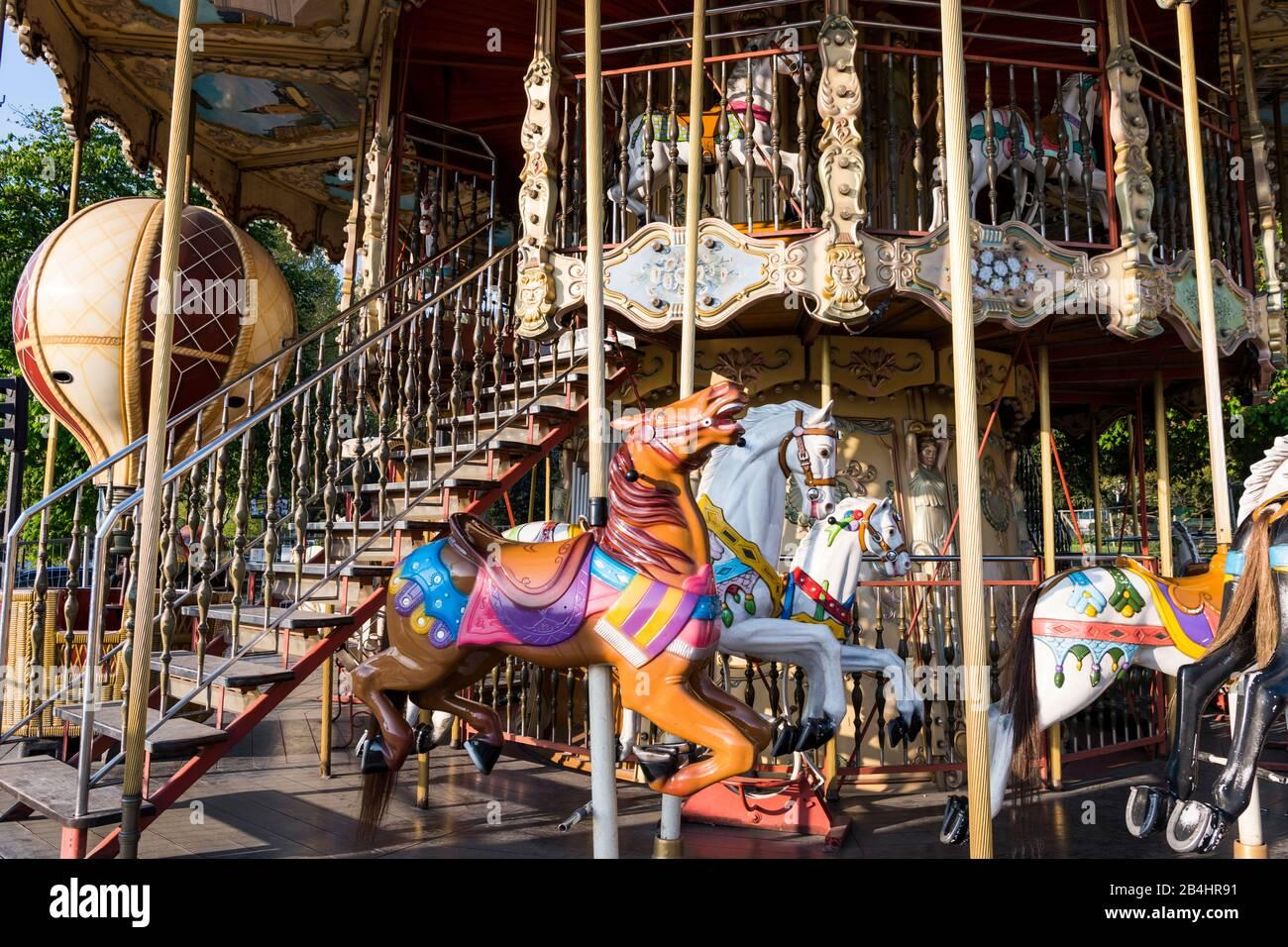 altes, historisches Kinderkarussell mit bunt bemalten Reitpferden, Paris, Frankreich, Europa Stock Photo