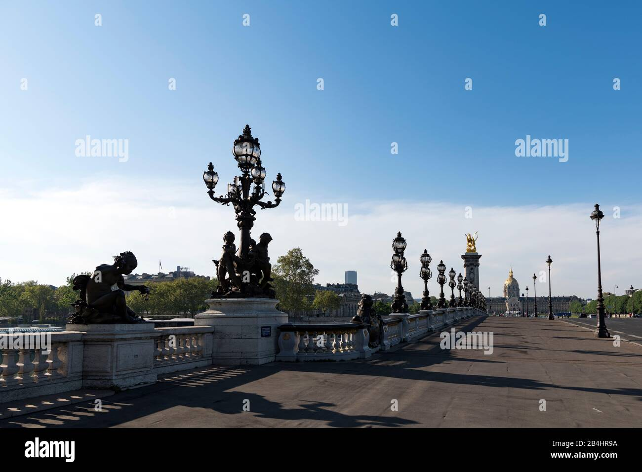 Verzierte Renaissance Straßenlatern auf der berühmten Brücke Pont Alexandre III, Paris, Frankreich, Europa Stock Photo