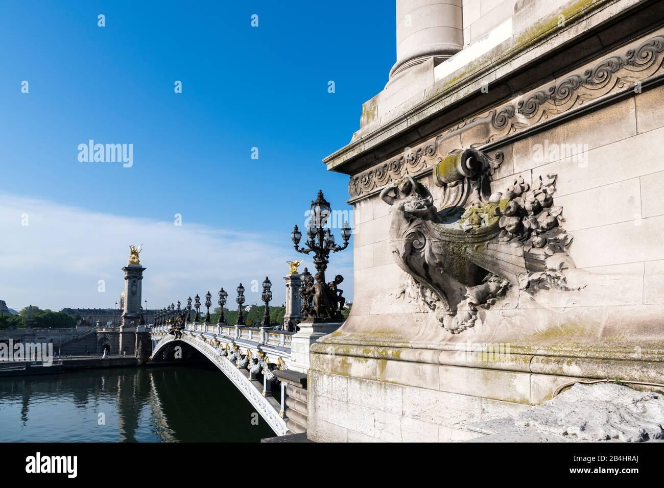 seitlicher Blick auf die Basis eines Pylons vor der Brücke Pont Alexandre III, Paris, Frankreich, Europa Stock Photo