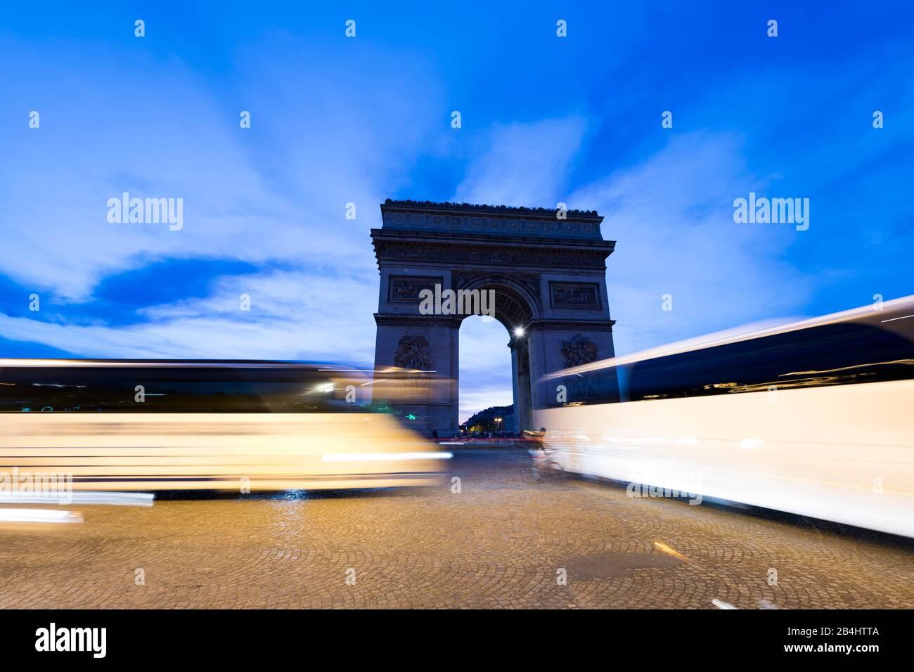 Reisebusse auf der Place Charles de Gaulle und der Triumpfbogen bei Abenddämmerung, Paris, Frankreich, Europa Stock Photo