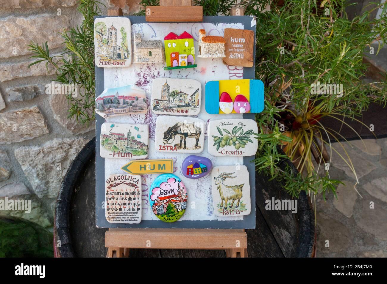 Kroatien, Istrien, Hum, bunte Magneten aus Ton, Souvenirgeschäft in Hum, kleinste Stadt der Welt, Kroatien. Stock Photo
