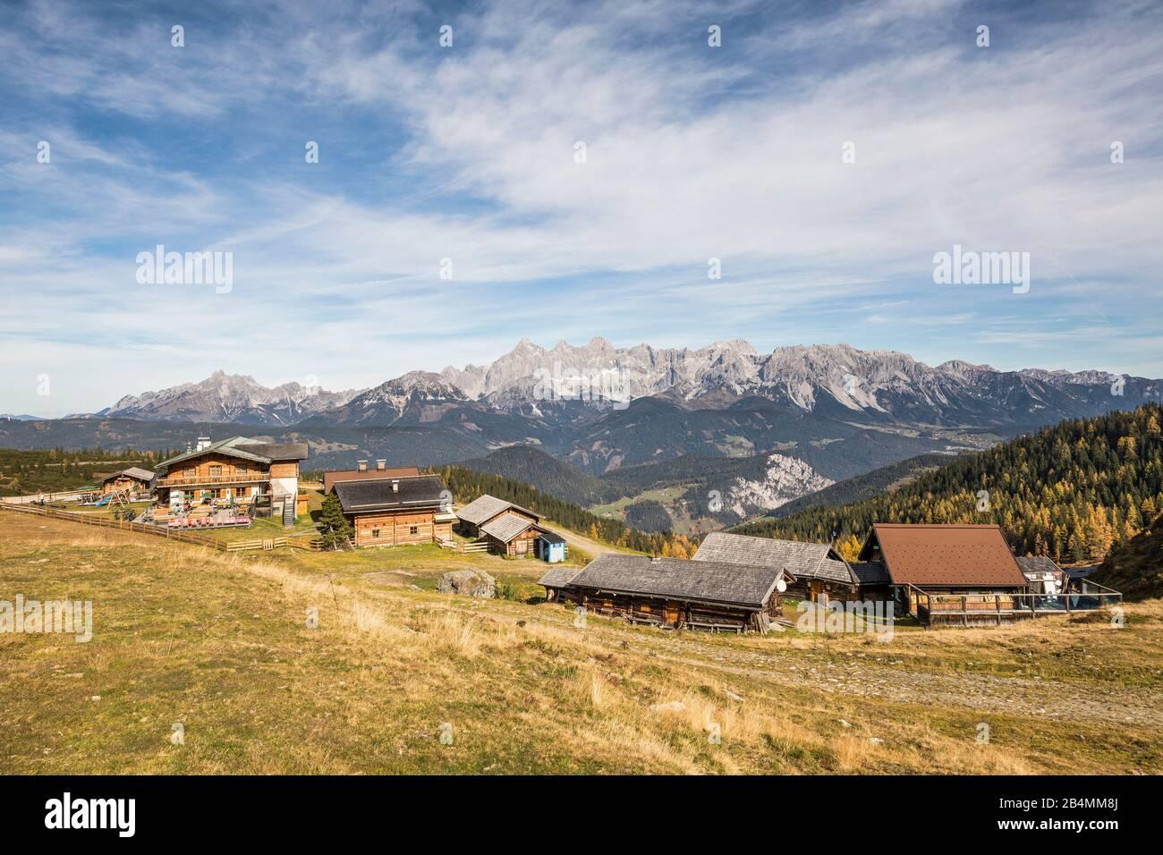 Alpengasthof Trinkeralm (1800 m) und Zefferer Alm (rechts) an der Fageralm, hinten das Dachsteingebirge, Forstau, Pongau, Land Salzburg, Österreich, O Stock Photo
