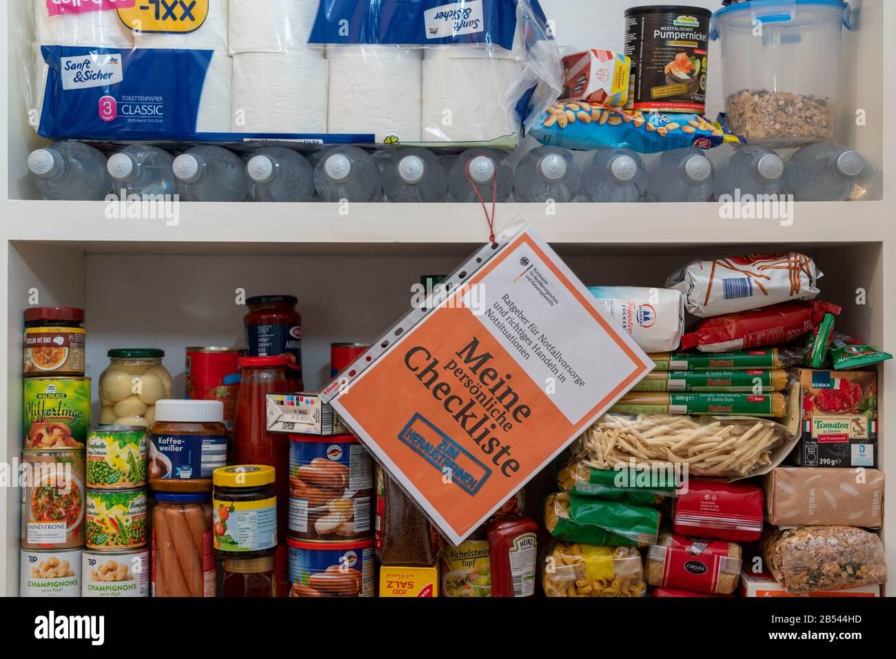 Notfallvorsorge, Lebensmittel Vorrat in einem Privaten Haushalt, Regal, Vorratskammer, mit lange haltbaren Lebensmitteln, Vorrat für 10 Tage, nach den Stock Photo