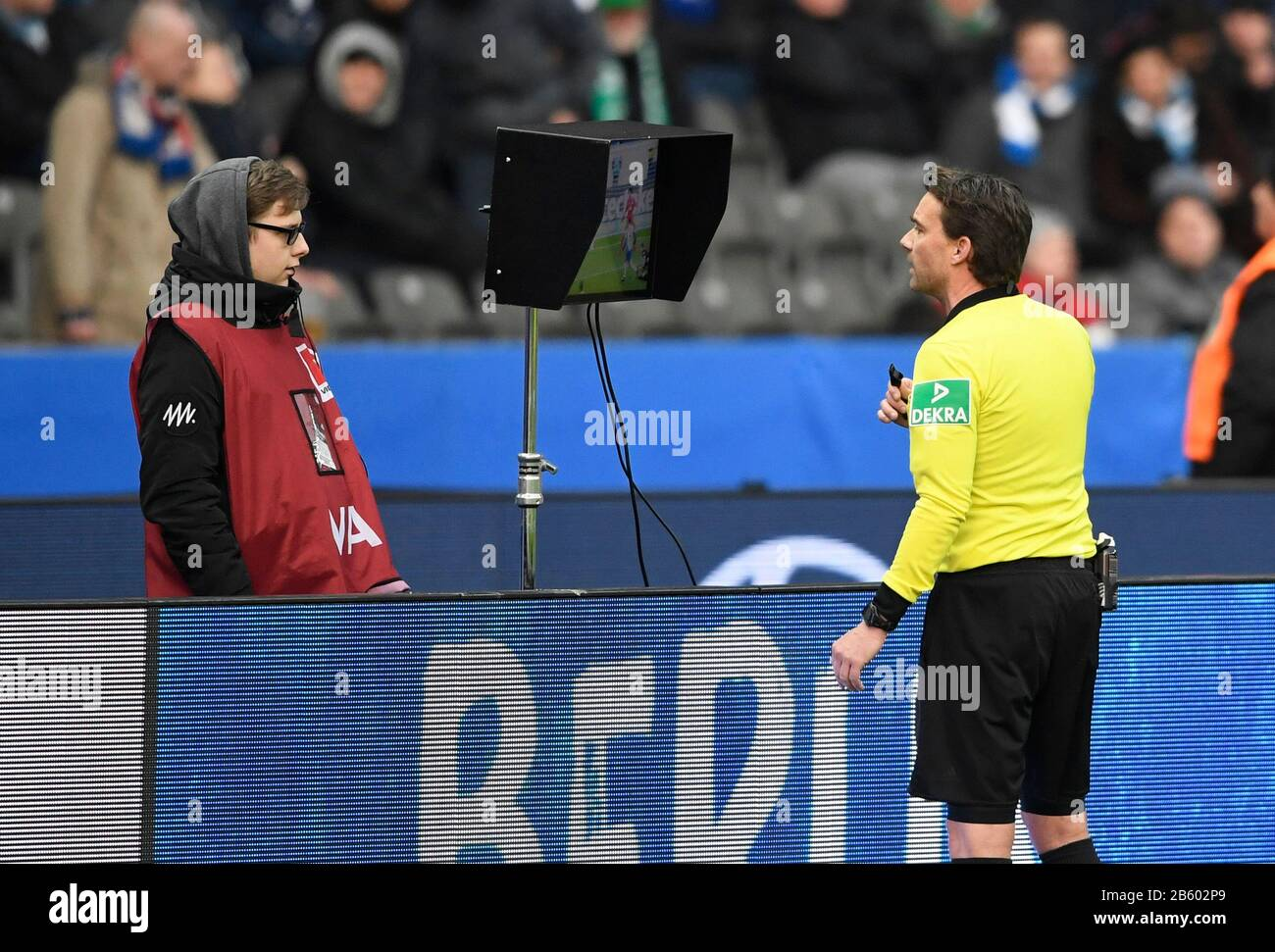 referee Guido Winkmann looks at the contentious scene on the monitor, VAR, Soccer 1. Bundesliga, 25th matchday, Hertha BSC Berlin (B) - SV Werder Bremen (HB) 2: 2, on March 7th, 2020 in Berlin/Germany. Â | usage worldwide Stock Photo