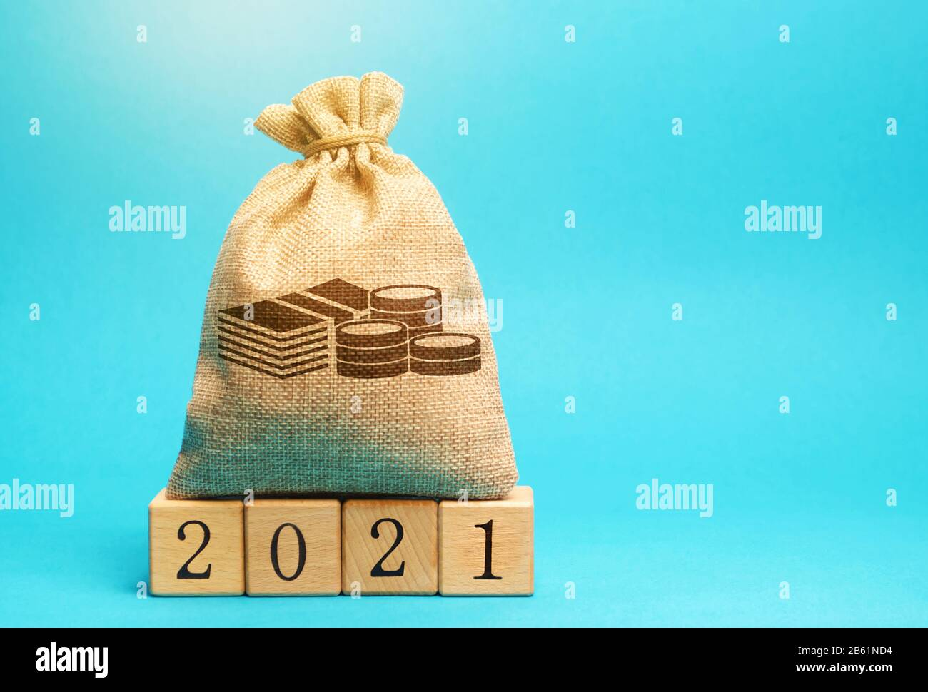 Money bag and wooden blocks 2021. Budget planning. Business and economic. Goals and plans. Investment, finance. Savings. Stock Photo