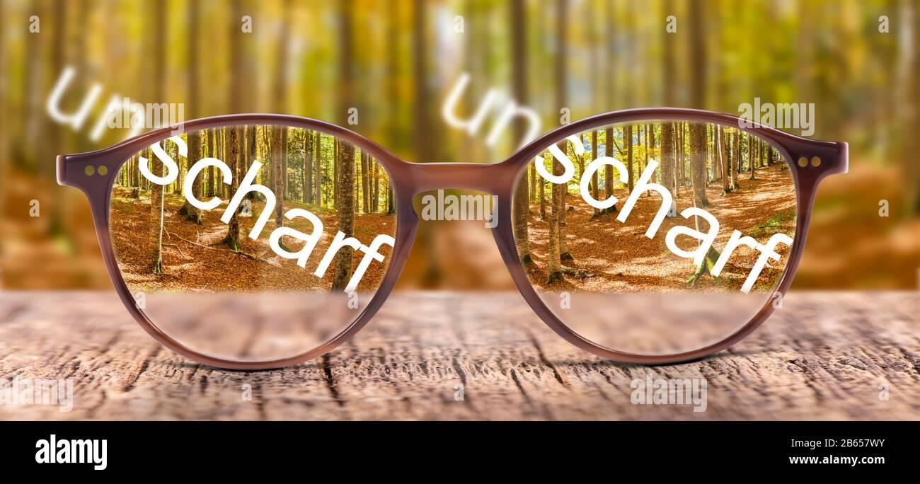 Brille im Sehtest mit Korrekturglas Stock Photo