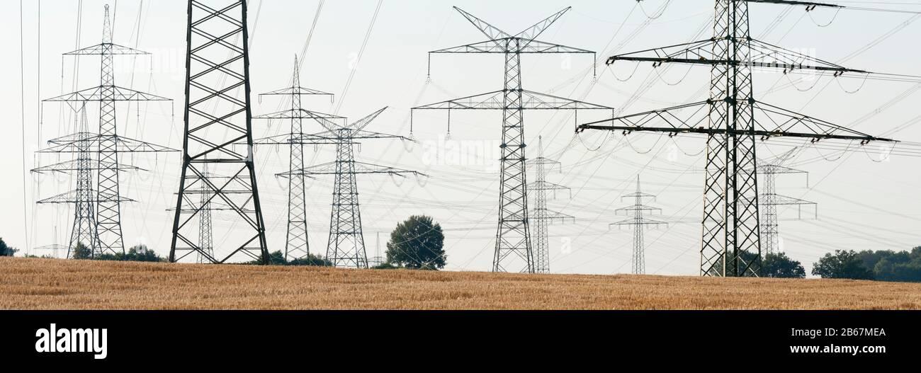 Panorama von Hochspannungsmasten einer Stromleitung Stock Photo