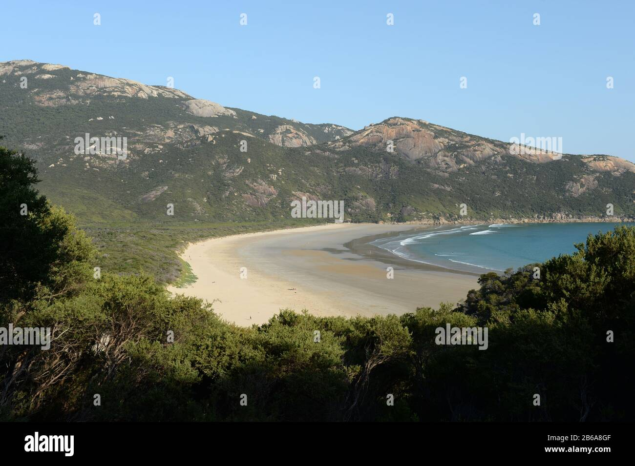 Norman Beach backs onto the cabin accommodation and camping facilities at Tidal River Stock Photo