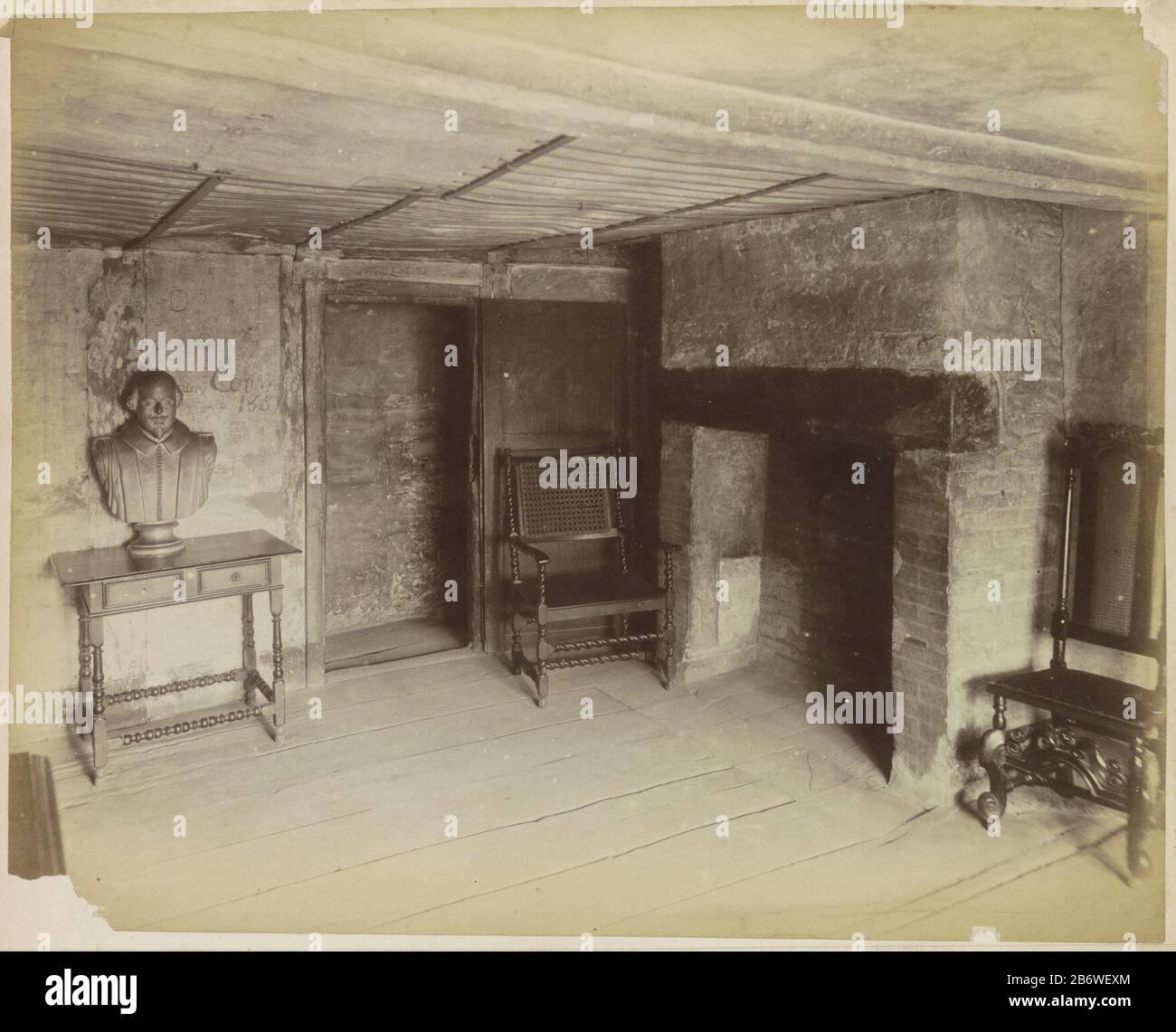 Reproductie Design Stoelen.Interieur Van Een Oud Huis Met Een Portretbuste Schouw Stoelen