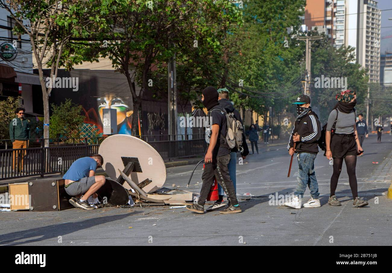 Chile, Santiago, 19.10.2019. Santiago in state of emergency on 19.10.2019. Demonstrators build a roadblock. The violent protests had started after a fare increase of the subway in Santiago. Chile's president Sebastian Piñera then declared a state of emergency on Friday evening. After renewed arson attacks on subway stations, a curfew was imposed in the Chilean capital on Saturday. [automated translation] Stock Photo