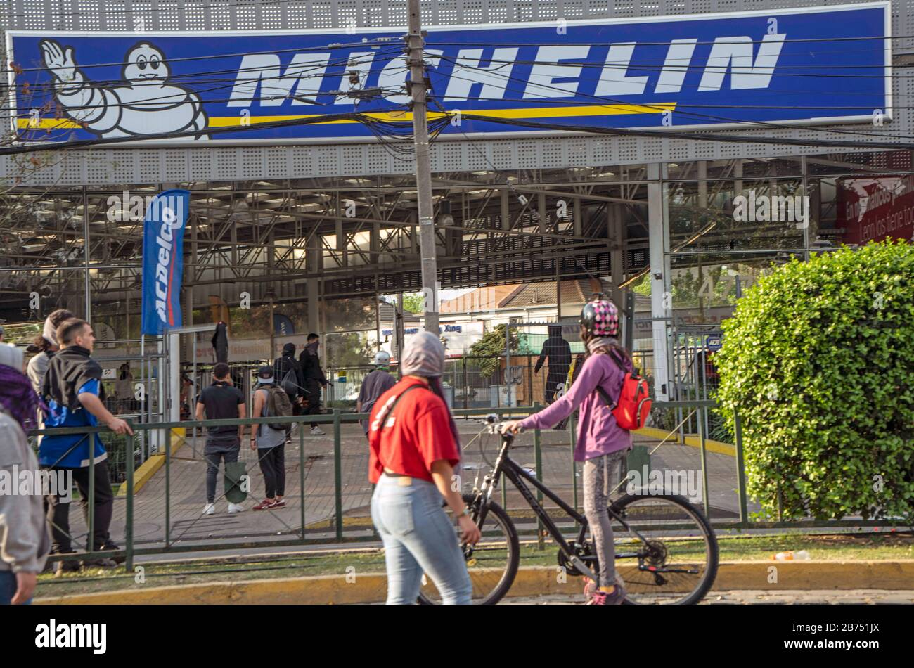 Chile, Santiago, 19.10.2019. Santiago in state of emergency on 19.10.2019. Plundering. The violent protests had started after a fare increase of the subway in Santiago. Chile's president Sebastian Piñera then declared a state of emergency on Friday evening. After renewed arson attacks on subway stations, a curfew was imposed in the Chilean capital on Saturday. [automated translation] Stock Photo