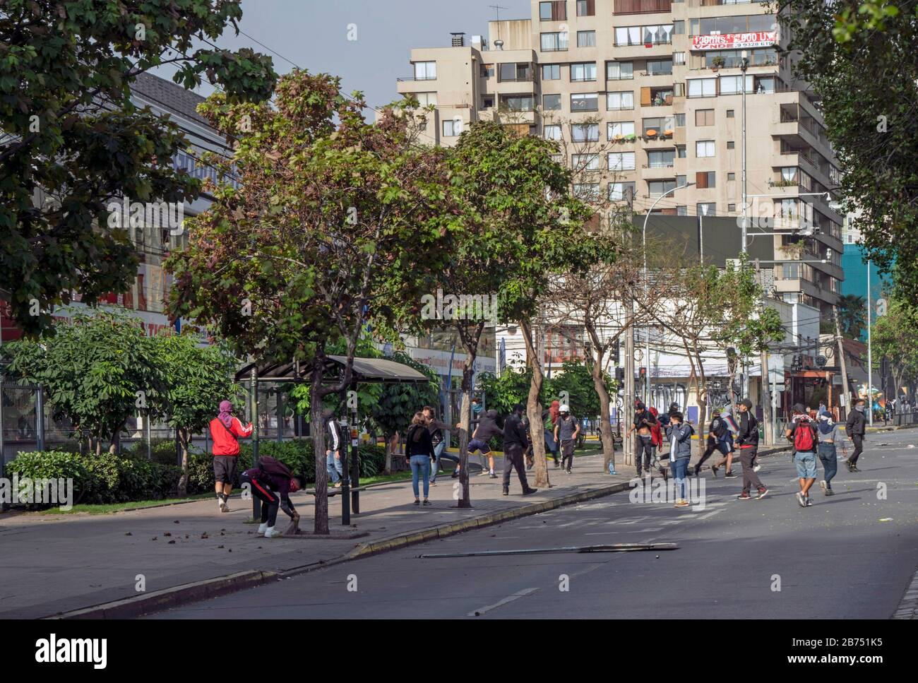 Chile, Santiago, 19.10.2019. Santiago in state of emergency on 19.10.2019. Roadblock. The violent protests had started after a fare increase of the subway in Santiago. Chile's president Sebastian Piñera then declared a state of emergency on Friday evening. After renewed arson attacks on subway stations, a curfew was imposed in the Chilean capital on Saturday. [automated translation] Stock Photo