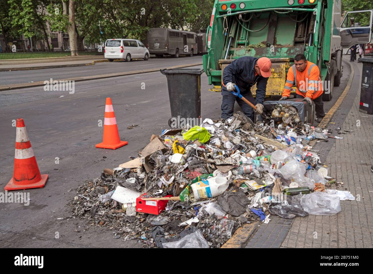Chile, Santiago, 19.10.2019. Santiago in state of emergency on 19.10.2019. Clearance of roadblocks. The violent protests had started after a fare increase of the subway in Santiago. Chile's president Sebastian Piñera then declared a state of emergency on Friday evening. After renewed arson attacks on subway stations, a curfew was imposed in the Chilean capital on Saturday. [automated translation] Stock Photo