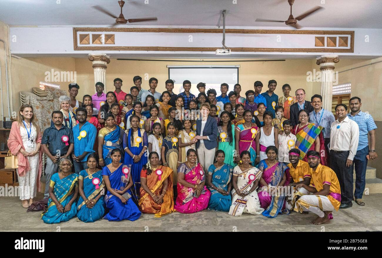 """India, Chennai, 25.03.2018. Trip of the German President and Mrs. Buedenbender to the Republic of India from 21-26.03.2018. Mrs. Buedenbender visits the Unicef project """"Arunodhaya Centre for Street and Working Children"""" on 25.03.2018. Group picture with Elke Bedenbender, lawyer and wife of the German President, >the wife of the German Consul General in Chennai and representative of Unicef. [automated translation] Stock Photo"""