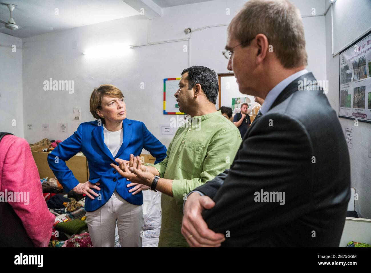 India, New Delhi, 24.03.2018. Visit of the German President and Mrs. Buedenbender to the Republic of India from 21-26.03.2018. Mrs. Buedenbender visits the organisation Goonjin New Delhi on 24.03.2018. From left to right: Elke Bedenbender, lawyer and wife of the German President, Anshu Gupta, founder of the organisation Goonj and Christian Schneider, Managing Director of Unicef Germany. [automated translation] Stock Photo