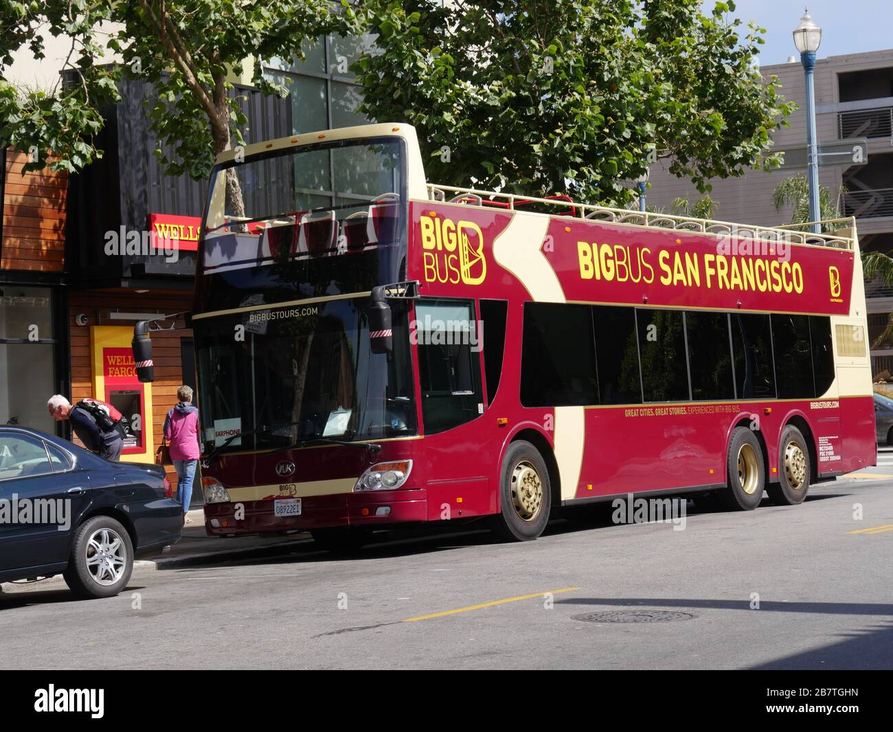 San Francisco California July 2018 A Big Bus Hop On Hop Off Tour Bus Parked On The Curb Waits To Load Tourists In San Francisco Stock Photo Alamy