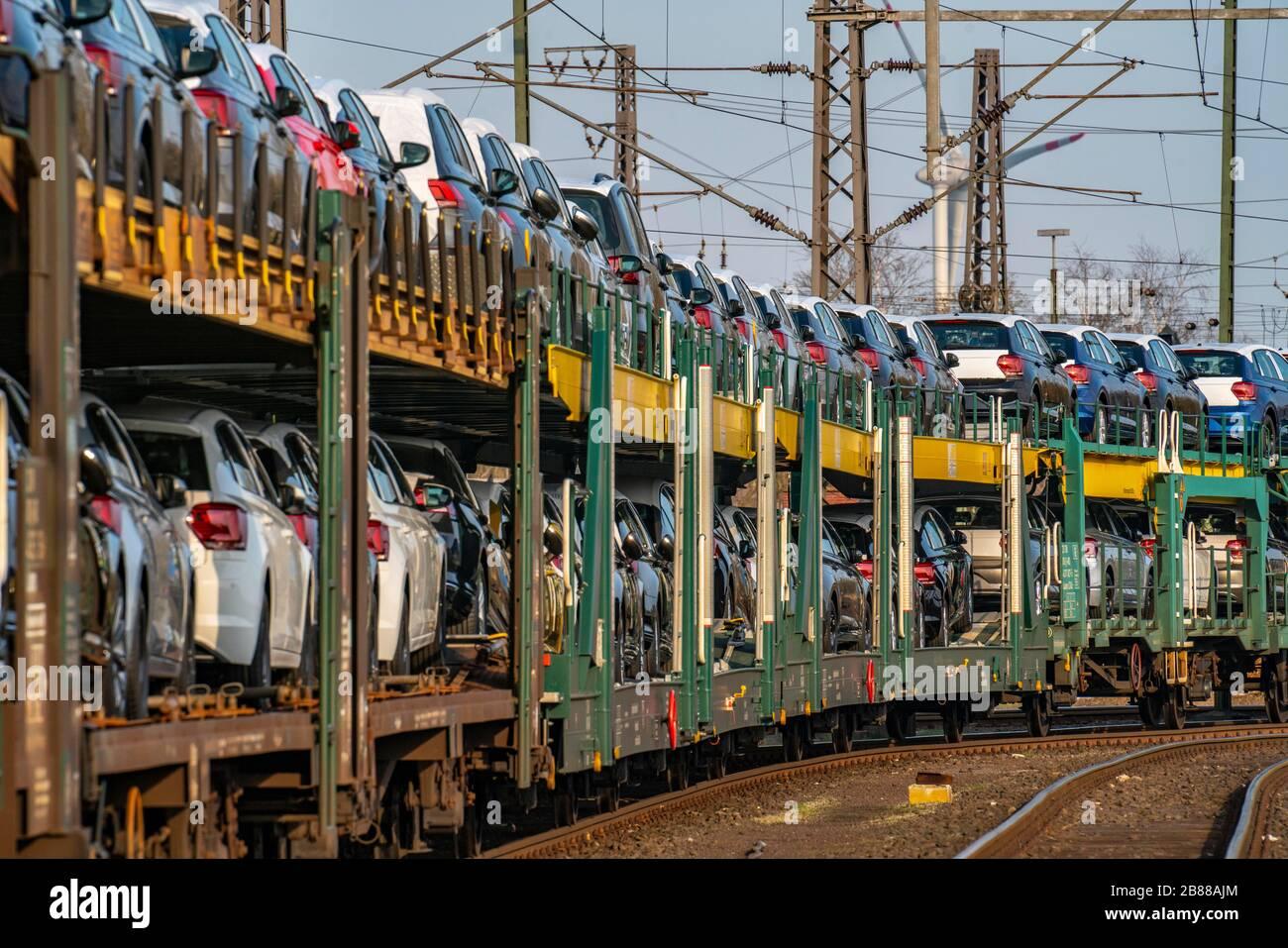 VW Werk, Emden, Neuwagen, Autotransporter, Autozug, Güterzug, mit VW Fahrzeugen, Niedersachsen, Deutschland, Stock Photo