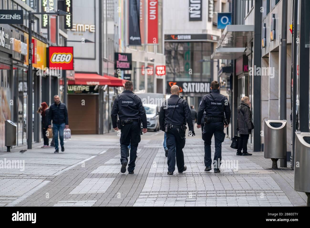 Auswirkungen der Coronavirus Krise, leere Einkaufsstrasse, Streife vom Ordnungsamt, gegen 1400 Uhr am Samstag, normalerweise gehen hier tausende Mensc Stock Photo