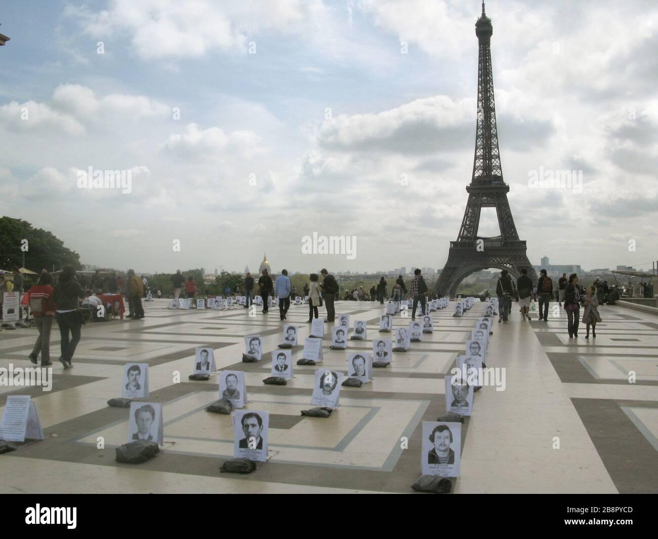 """""""Français: Manifestation de Independent WHO sur le parvis des droits de l'homme à Paris le 26 avril 2010. Avec des portraits de liquidateurs de la catastrophe de Tchernobyl.; importé dans Commons ce 26 avril 2011; Wikipédia russe [1]; importé par MHM (talk) - original: Yaser1; """" Stock Photo"""