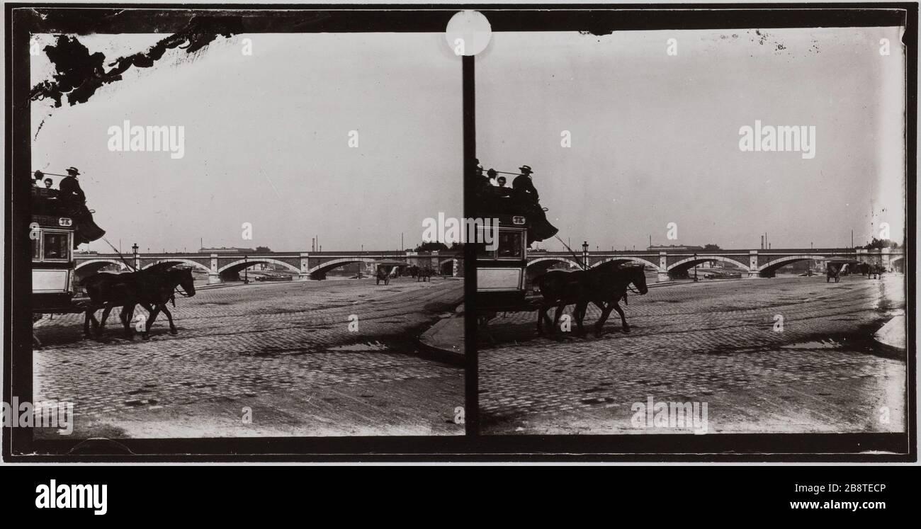 """The National Bridge and highway riding on the dock (12th / 13th arrondissement). Paris. """"Le Pont National et un omnibus à cheval sur le quai, Paris (XII-XIIIème arr.)"""". Photographie de Lucien Cresson. Vue stéréoscopique : tirage au gélatino-bromure d'argent. Entre 1900 et 1920. Paris, musée Carnavalet. Stock Photo"""