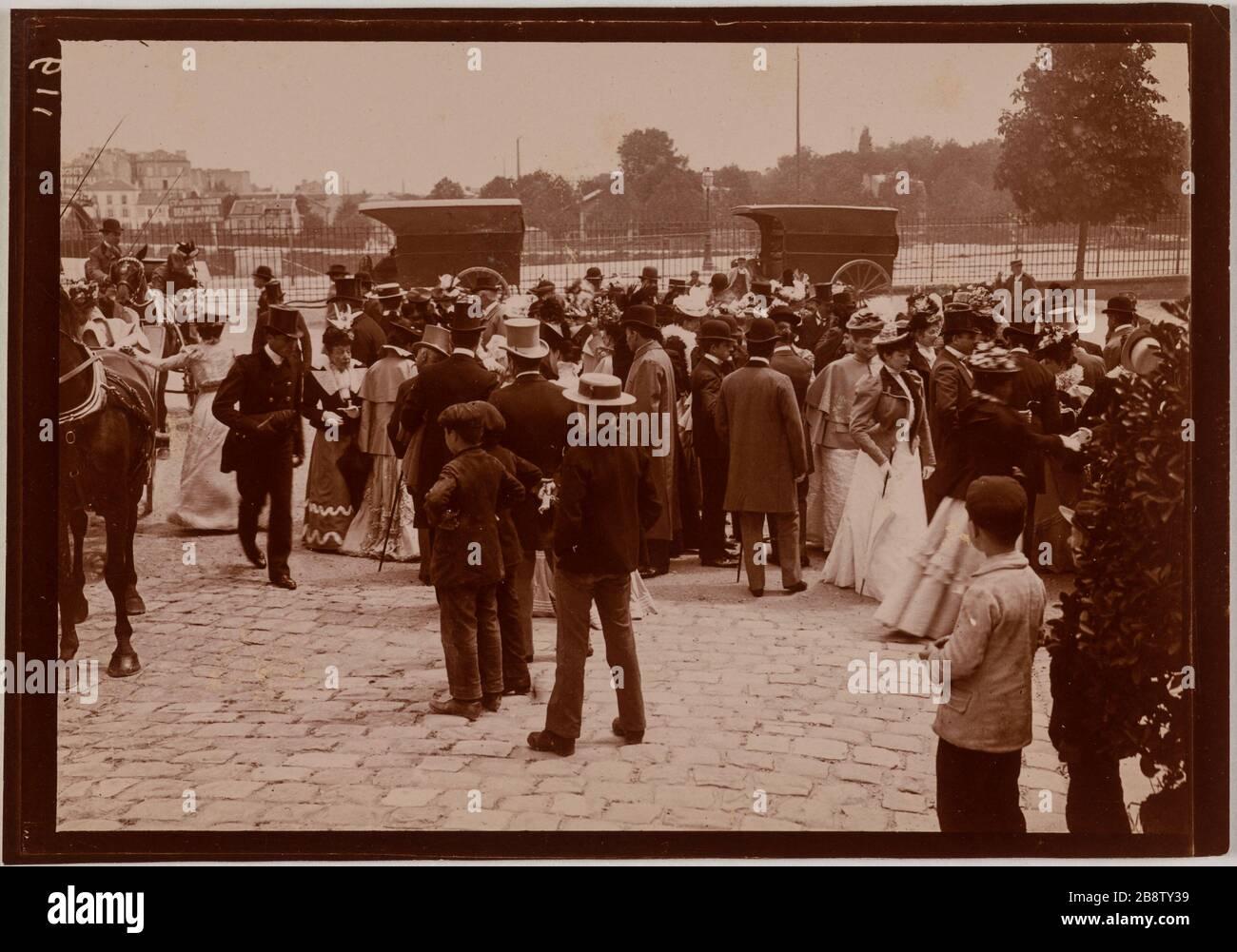 """Crowd on a forecourt """"Foule sur un parvis"""". Photographie anonyme. Tirage au gélatino-chlorure. Paris, musée Carnavalet. Stock Photo"""