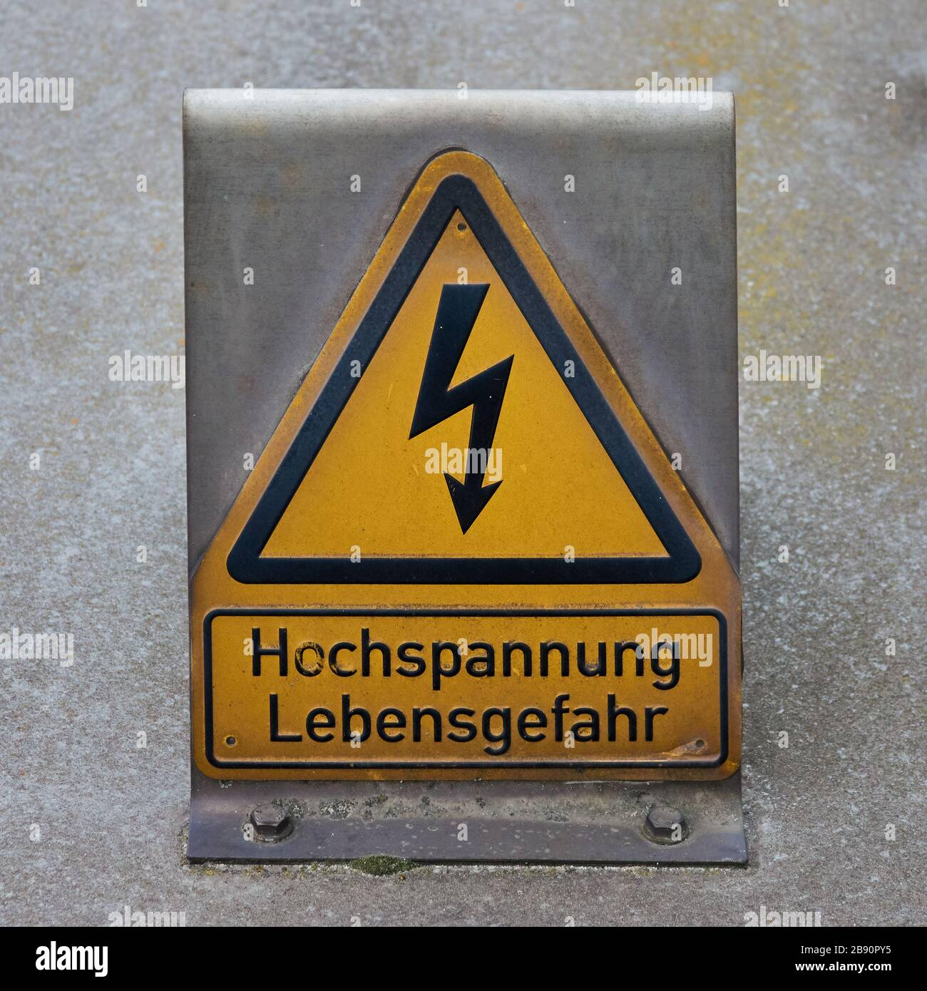 Yellow warning sign with a stylised lightning bolt and the German ...