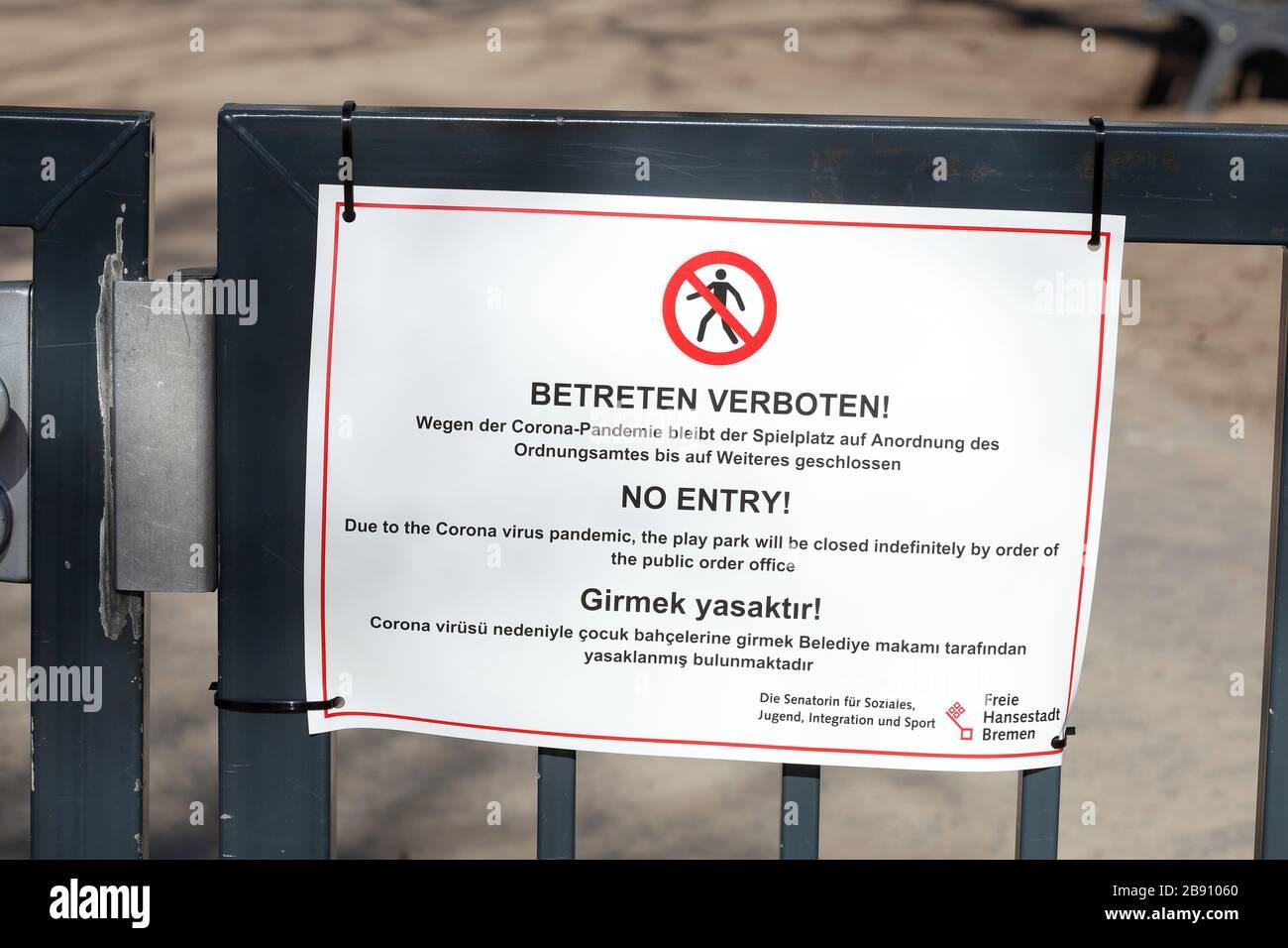 Schild Spielplatz wegen Coronavirus geschlossen, betreten verboten Stock Photo