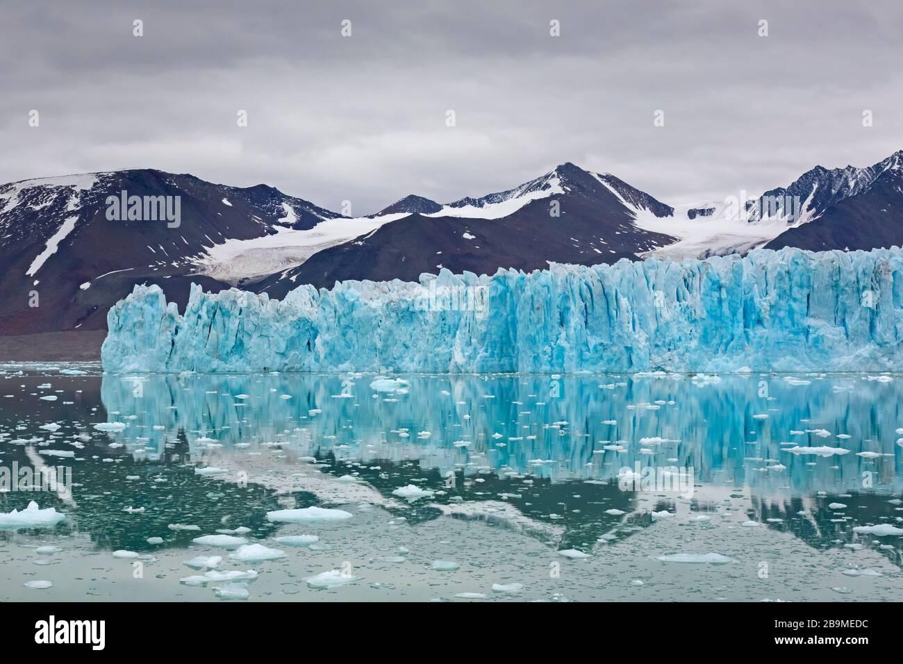 Monacobreen, glacier in Haakon VII Land which debouches into Liefdefjorden, Spitsbergen / Svalbard, Norway Stock Photo