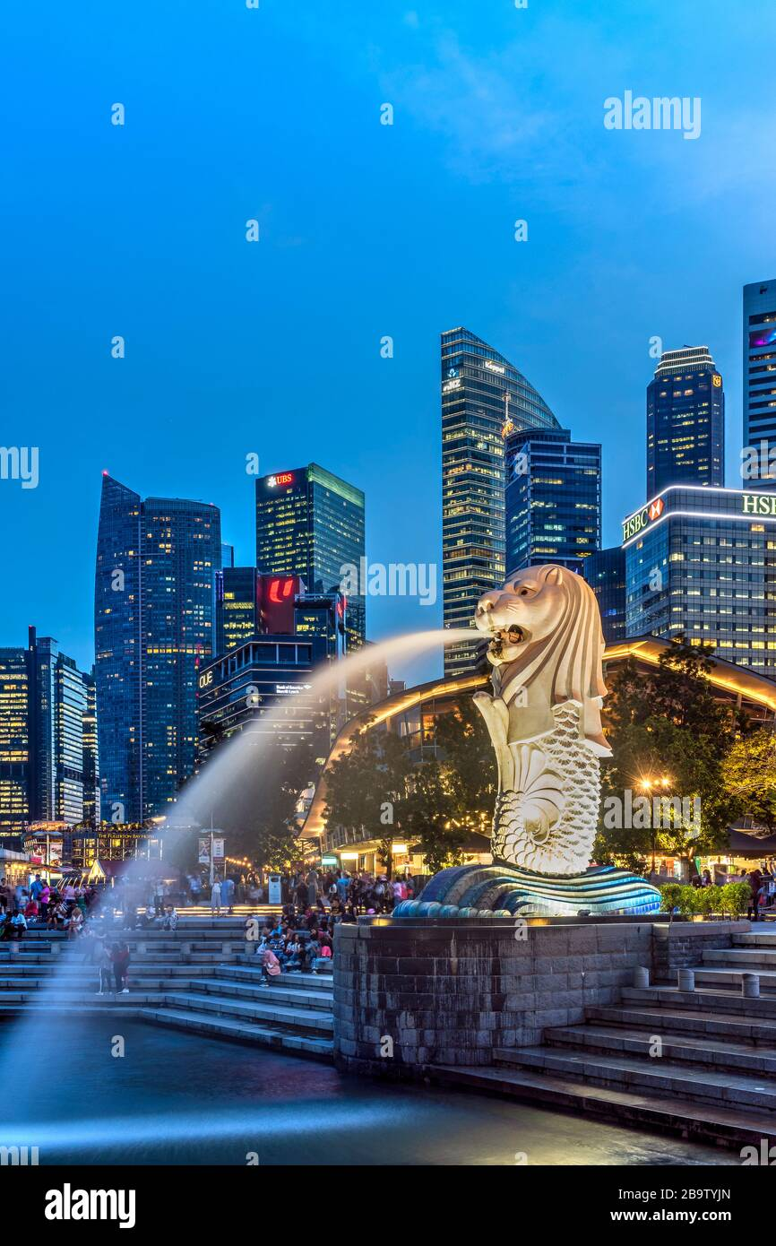 The Merlion statue with city skyline in the background, Marina Bay, Singapore Stock Photo