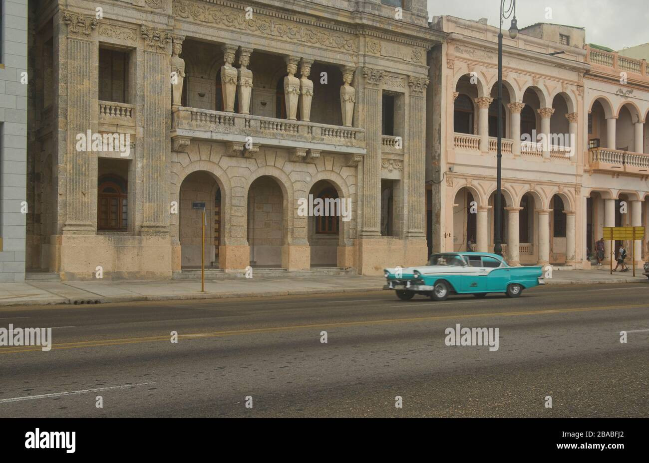 Vintage automobiles and crumbling colonial architecture, Havana, Cuba Stock Photo